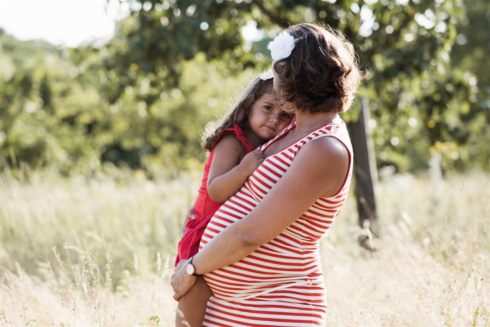 Die Mama mit ihrer süssen Tochter beim Fotoshooting in der Natur