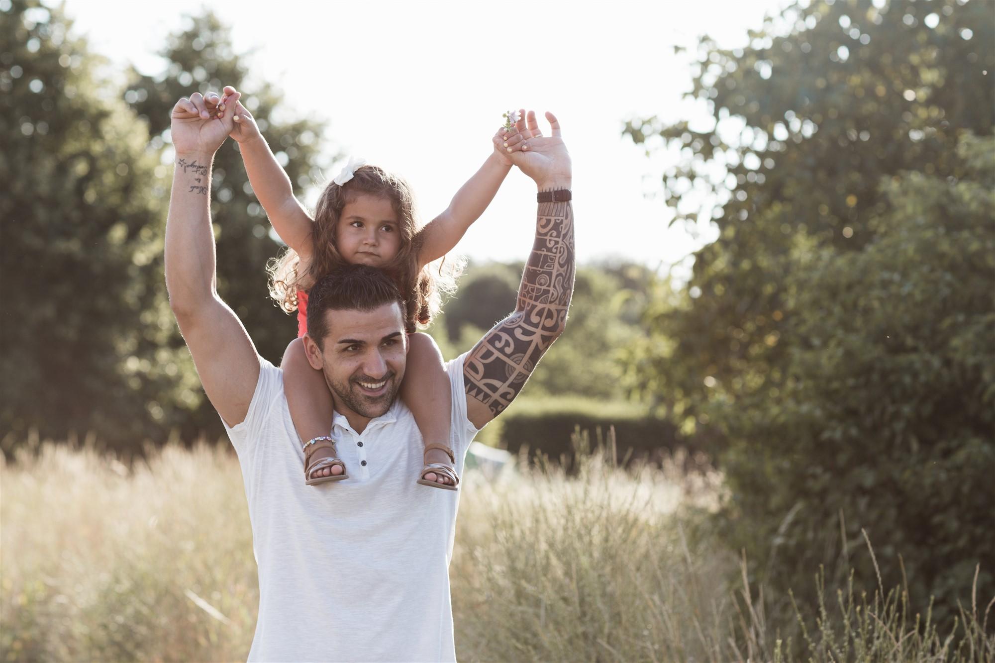 Der Papa mit seiner süssen Tochter beim Fotoshooting in der Natur
