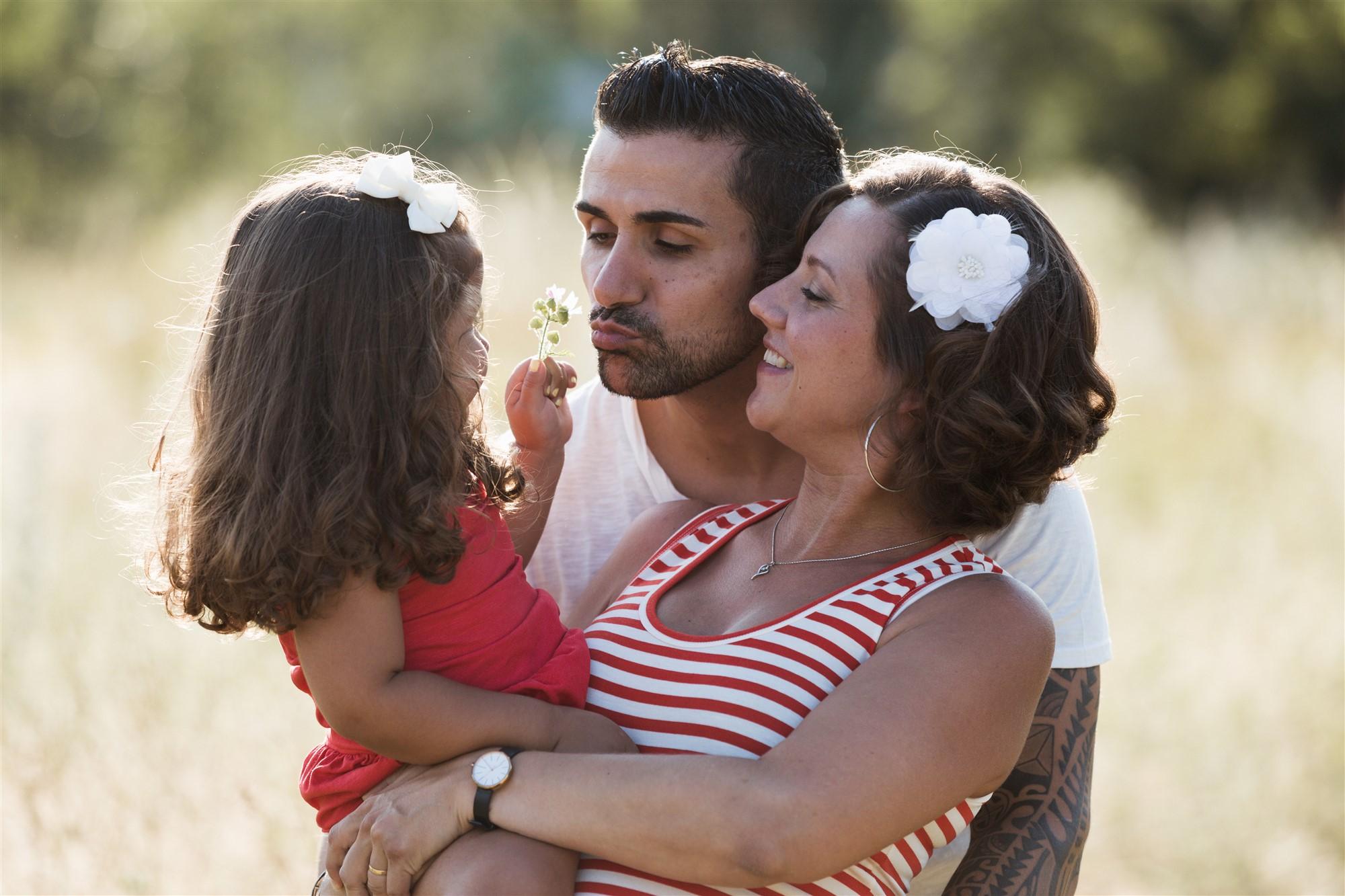 Die Eltern mit ihrer süssen Tochter beim Fotoshooting in der Natur