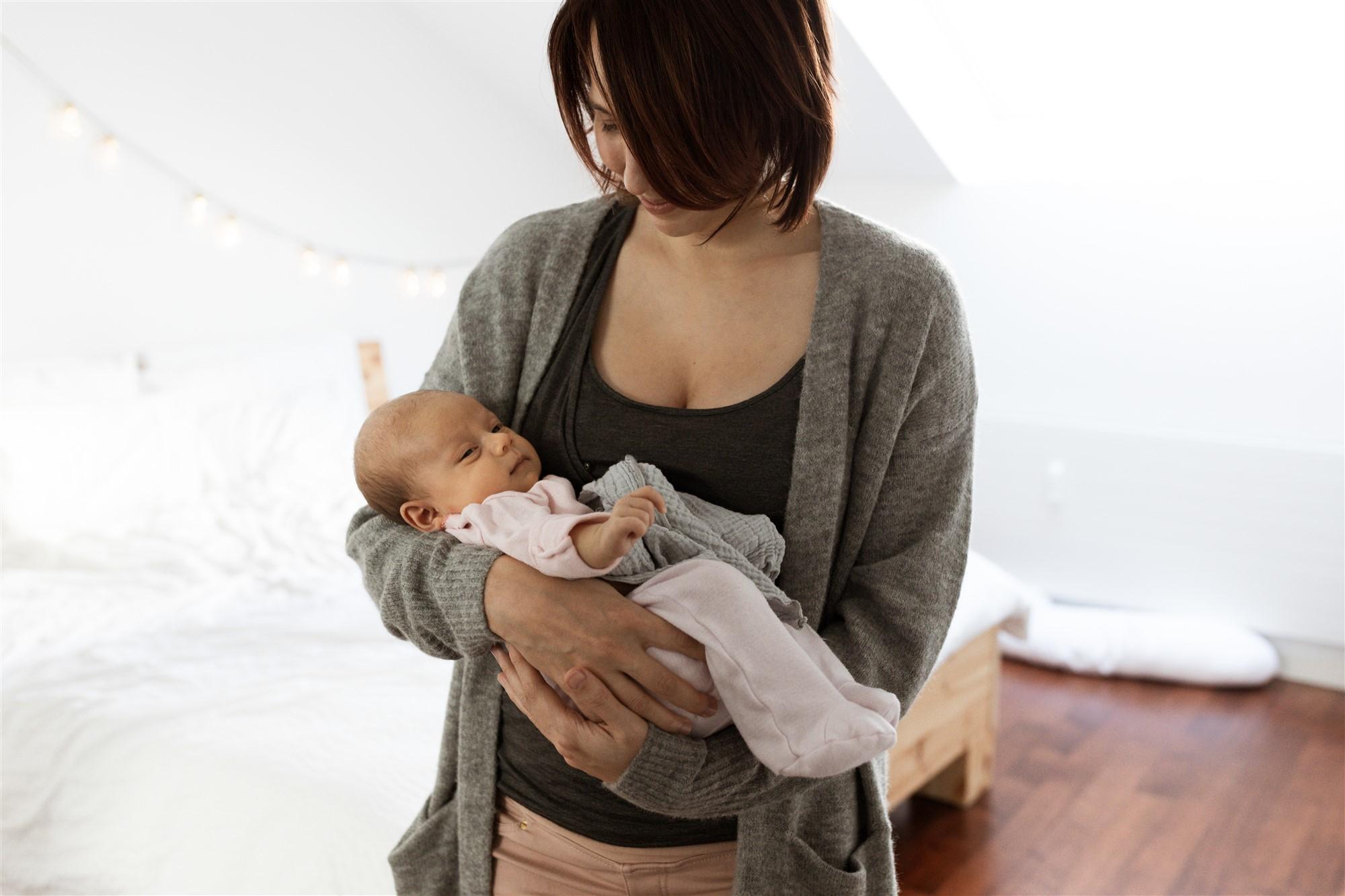 Newborn Homestory Fotoshooting - Die Mama mit ihrem Baby