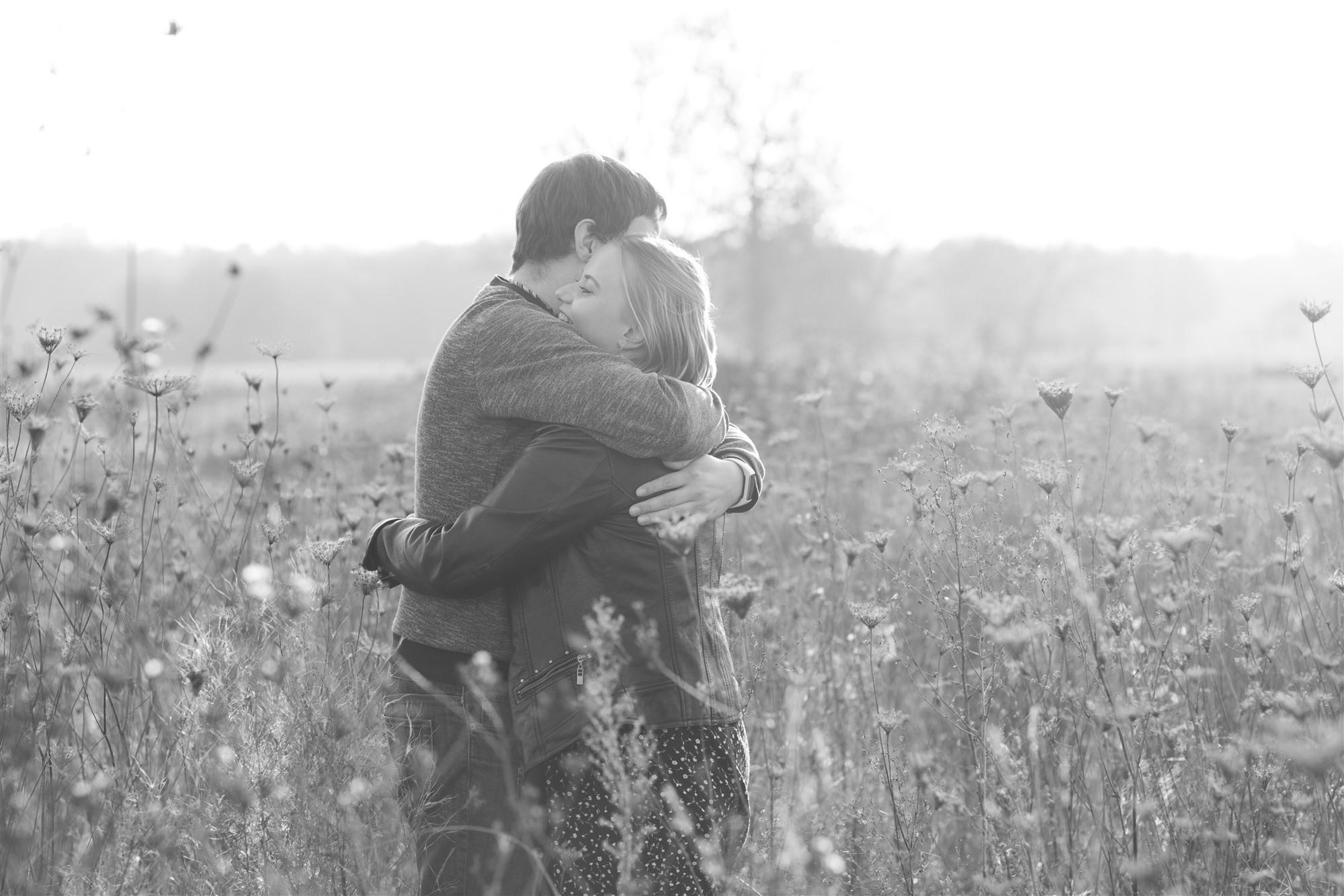 Das zukünftige Brautpaar umarmt sich beim Fotoshooting in Basel