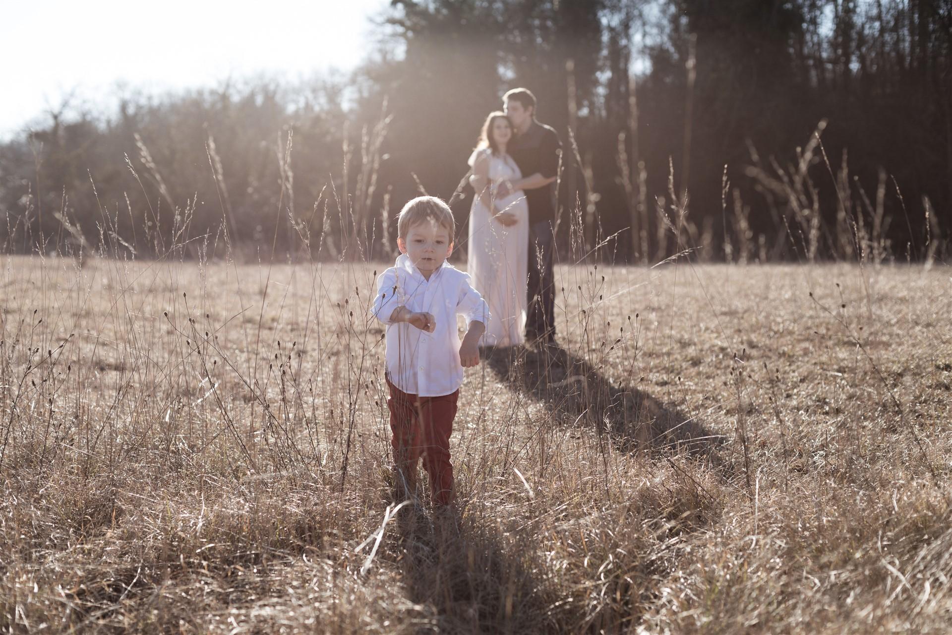 Babybauch Fotoshooting in der Natur mit einer bezaubernden Familie