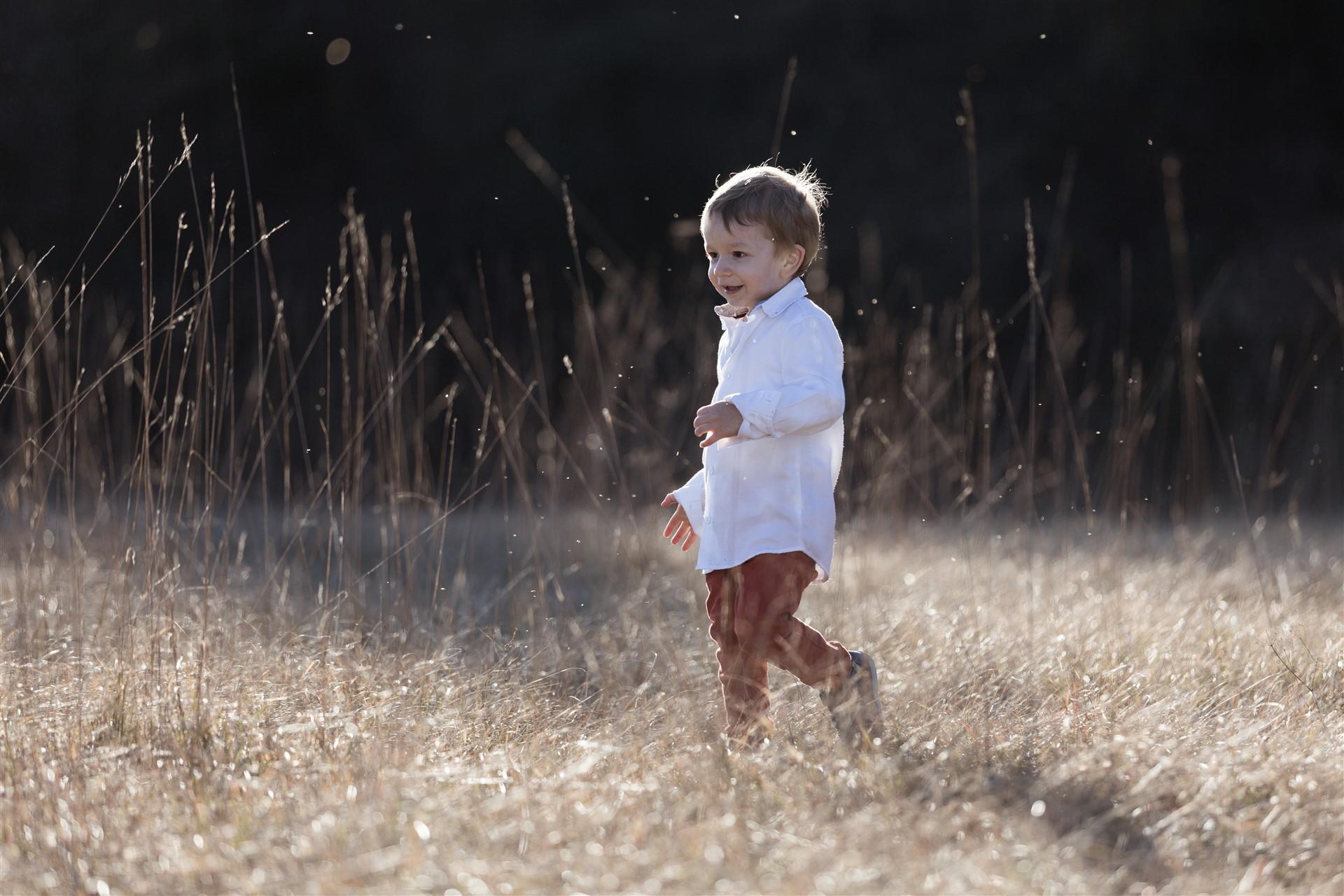 Der süsse kleine Junge beim Fotoshooting in der Natur