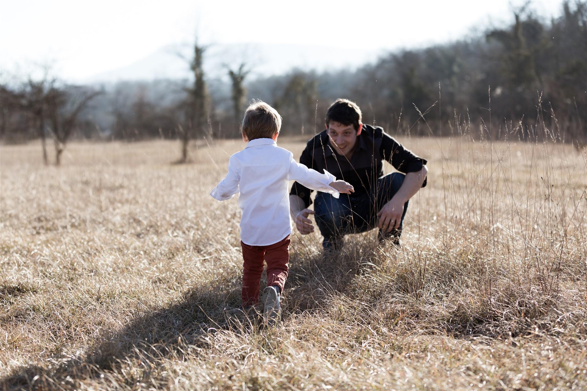Der Papa mit seinem kleinen Jungen beim Fotoshooting