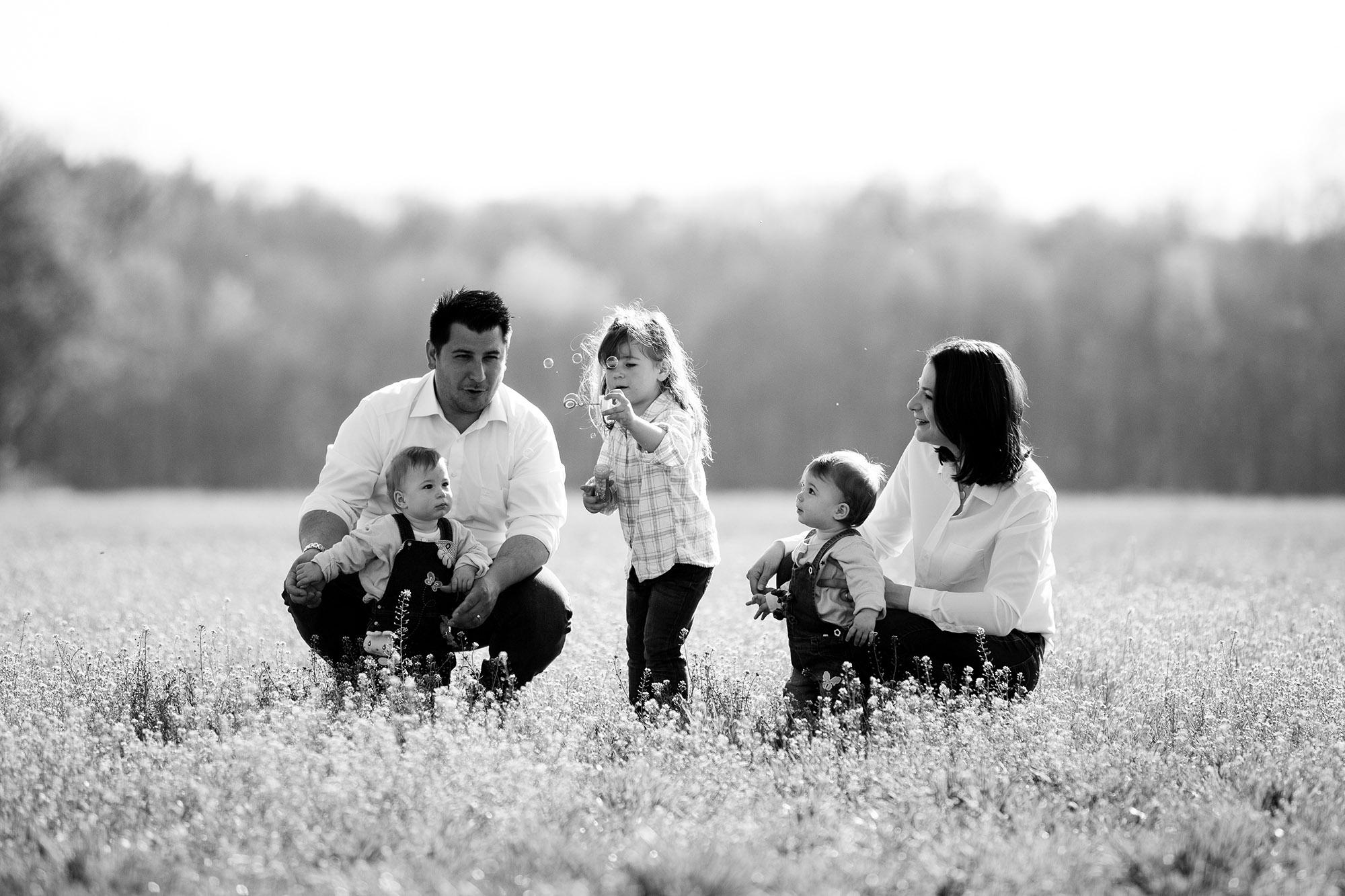 Familienfotoshooting mit 3 Kids in der Natur bei der Fotografin Nicole Kym aus Basel