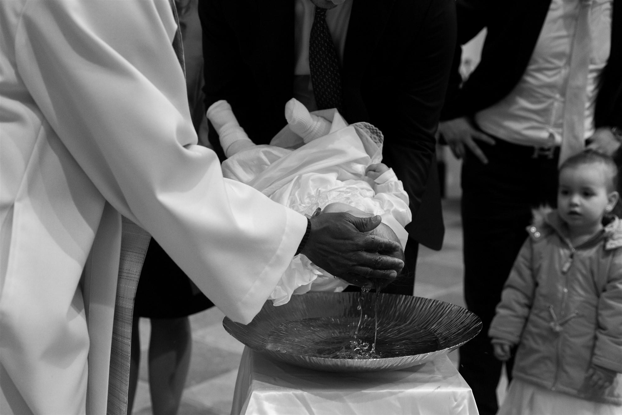 Das Baby wird getauft