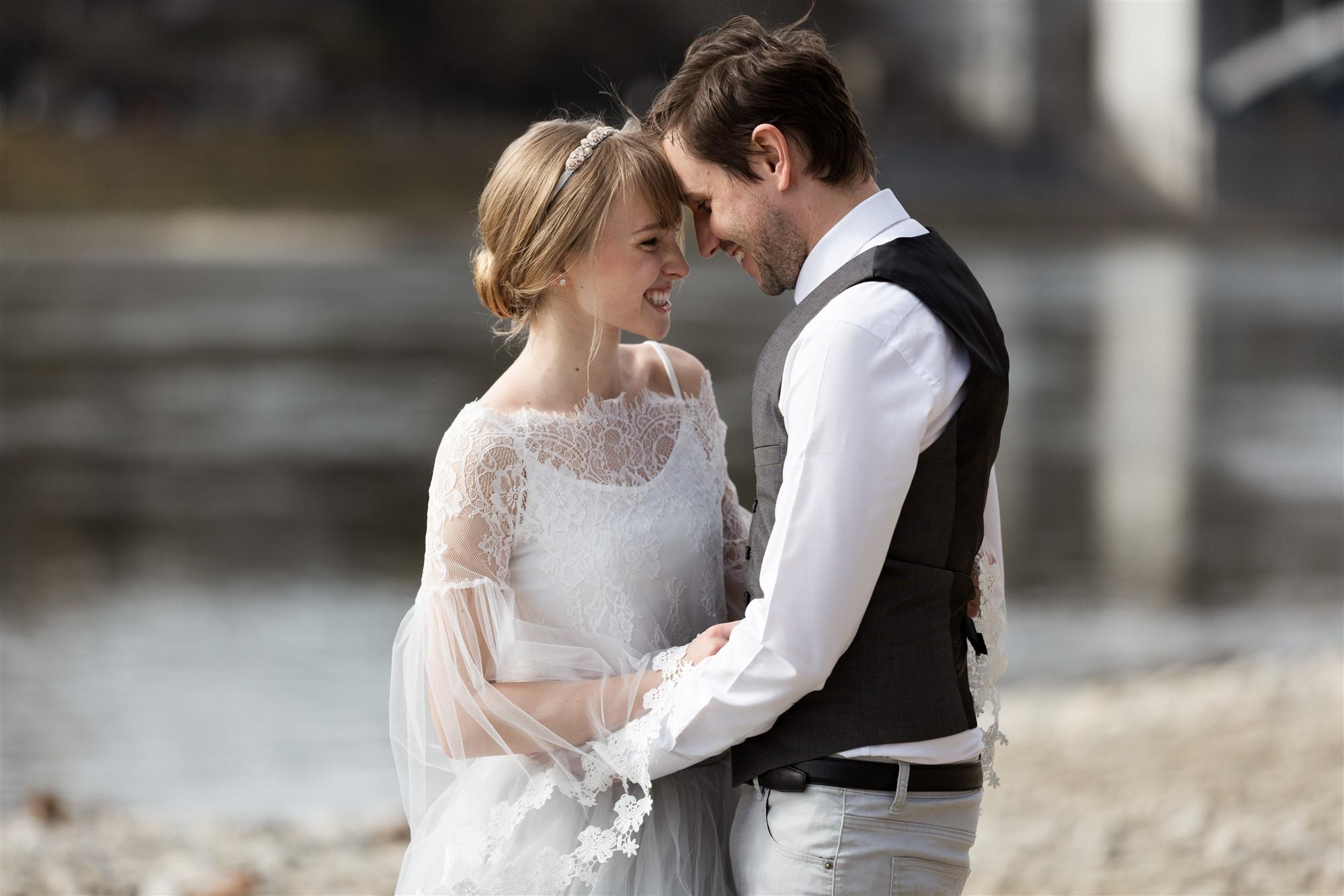 Romantisches Fotoshooting mit dem verliebten Paar am Basler Rheinufer
