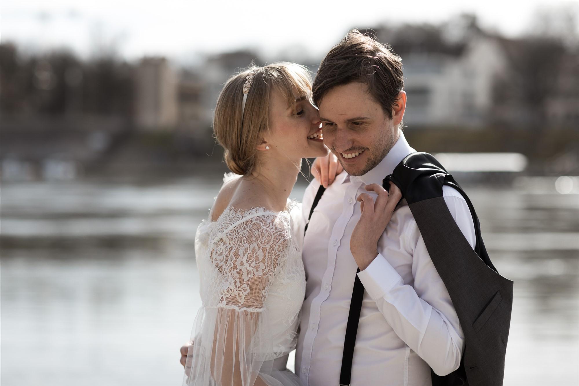 Romantisches Fotoshooting mit dem verliebten Paar am Rhein in Basel