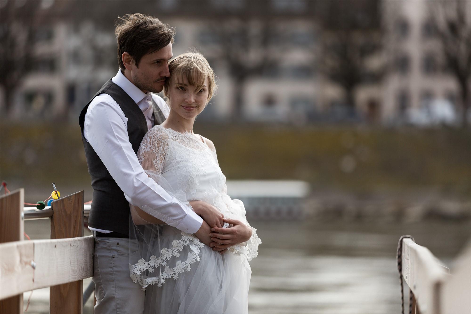 Paar Fotoshooting am Rhein in Basel - Das Paar wartet auf die Fähri