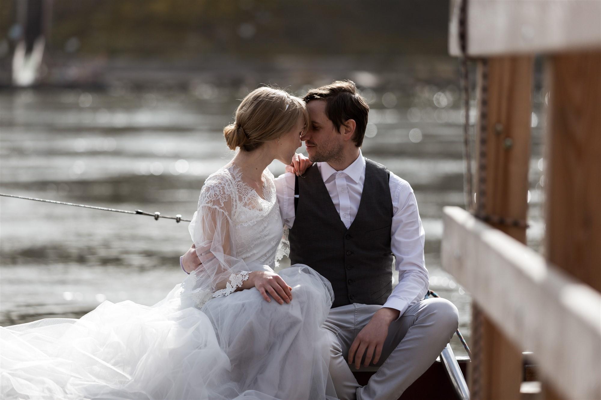 Paar Fotoshooting am Rhein in Basel - Das verliebte Paar auf der Fähri