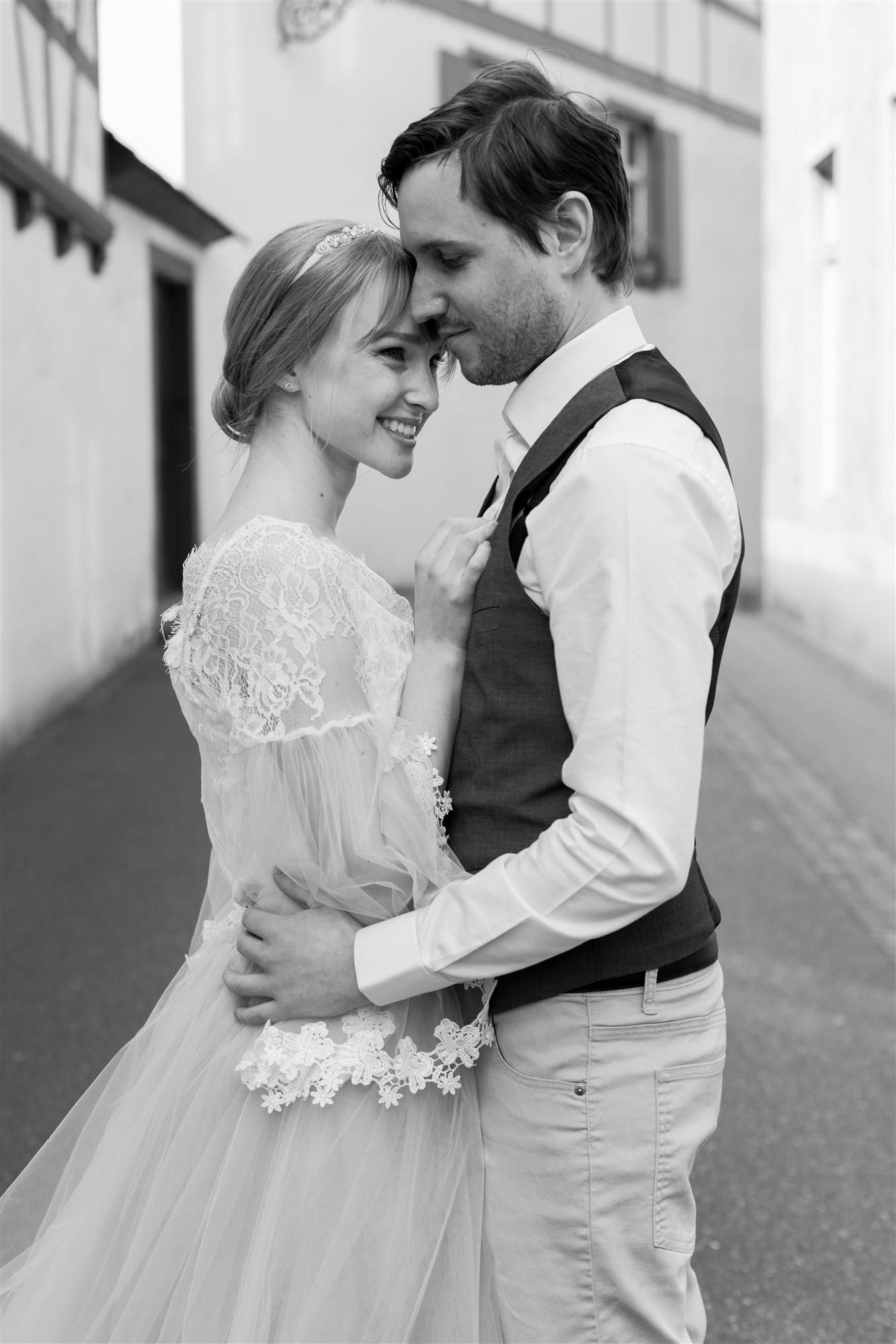 Paar Fotoshooting in den schönen Gassen von Basel bei den Hochzeitsfotografen Nicole.Gallery