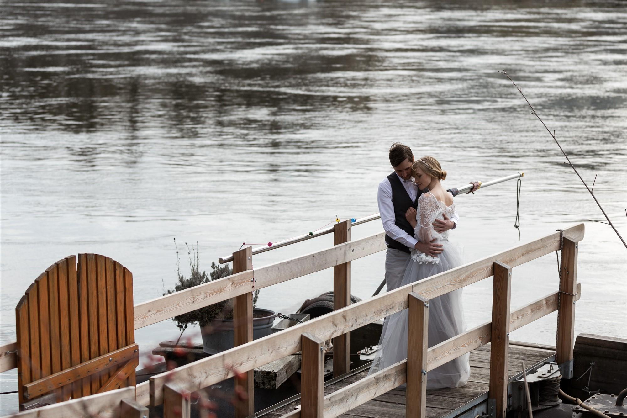 Paar Fotoshooting am Rhein in Basel bei der Hochzeitfotografin Nicole.Gallery - Das Paar wartet auf die Fähri