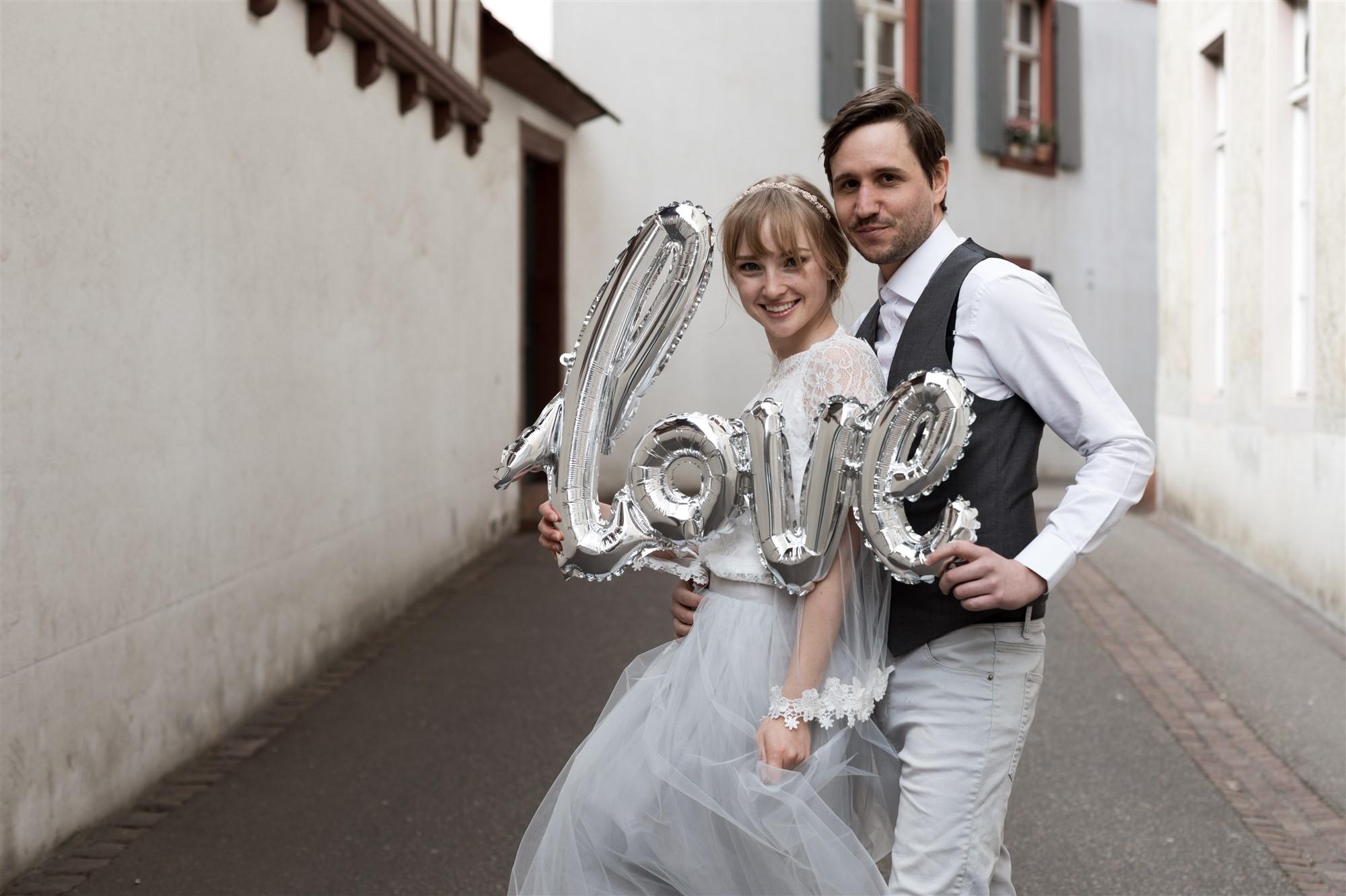 Paar Fotoshooting in den schönen Gassen von Basel mit einem Love Ballon