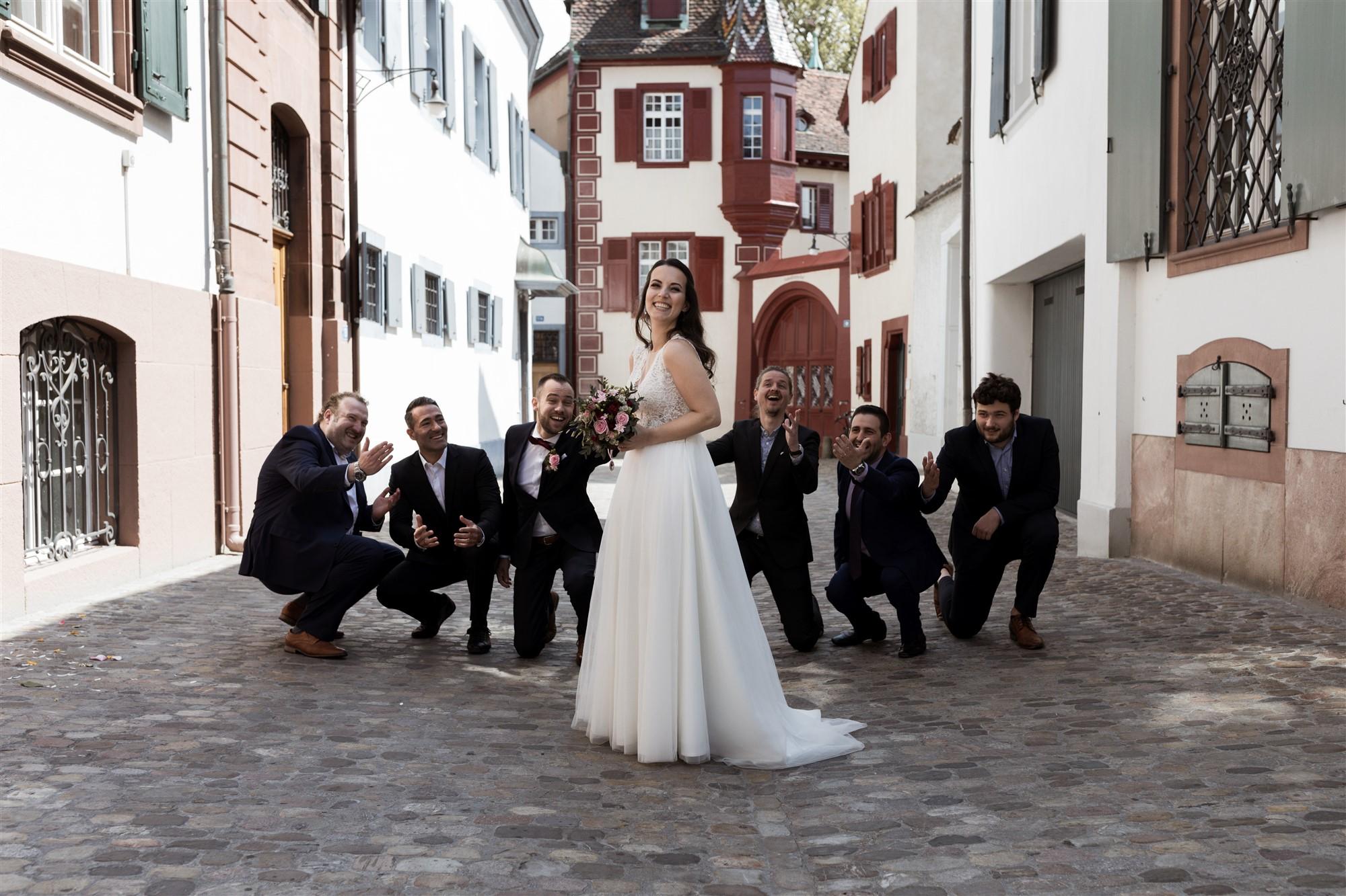 Hochzeitsgruppenbild mit der Braut und den Männern