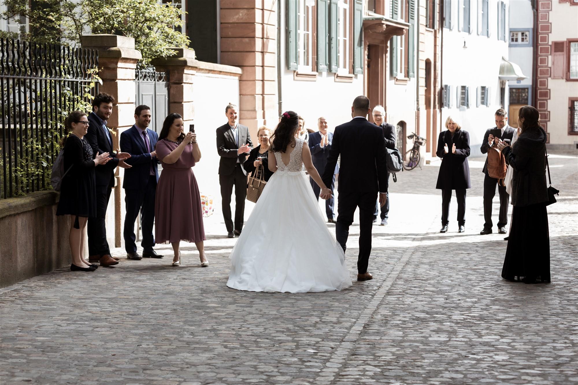 Das Brautpaar trifft im Standesamt ein