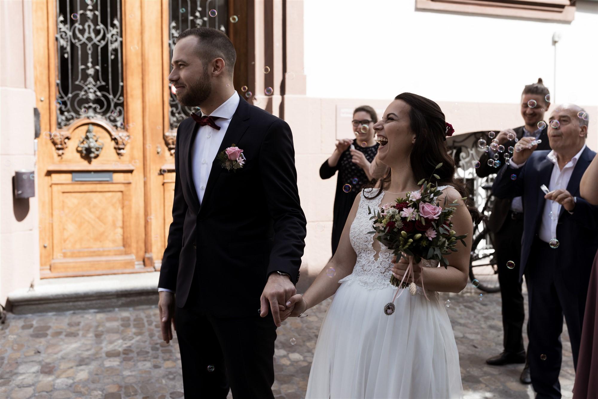Seifenblasen Spalier nach der zivilen Trauung von Esrin und Finn