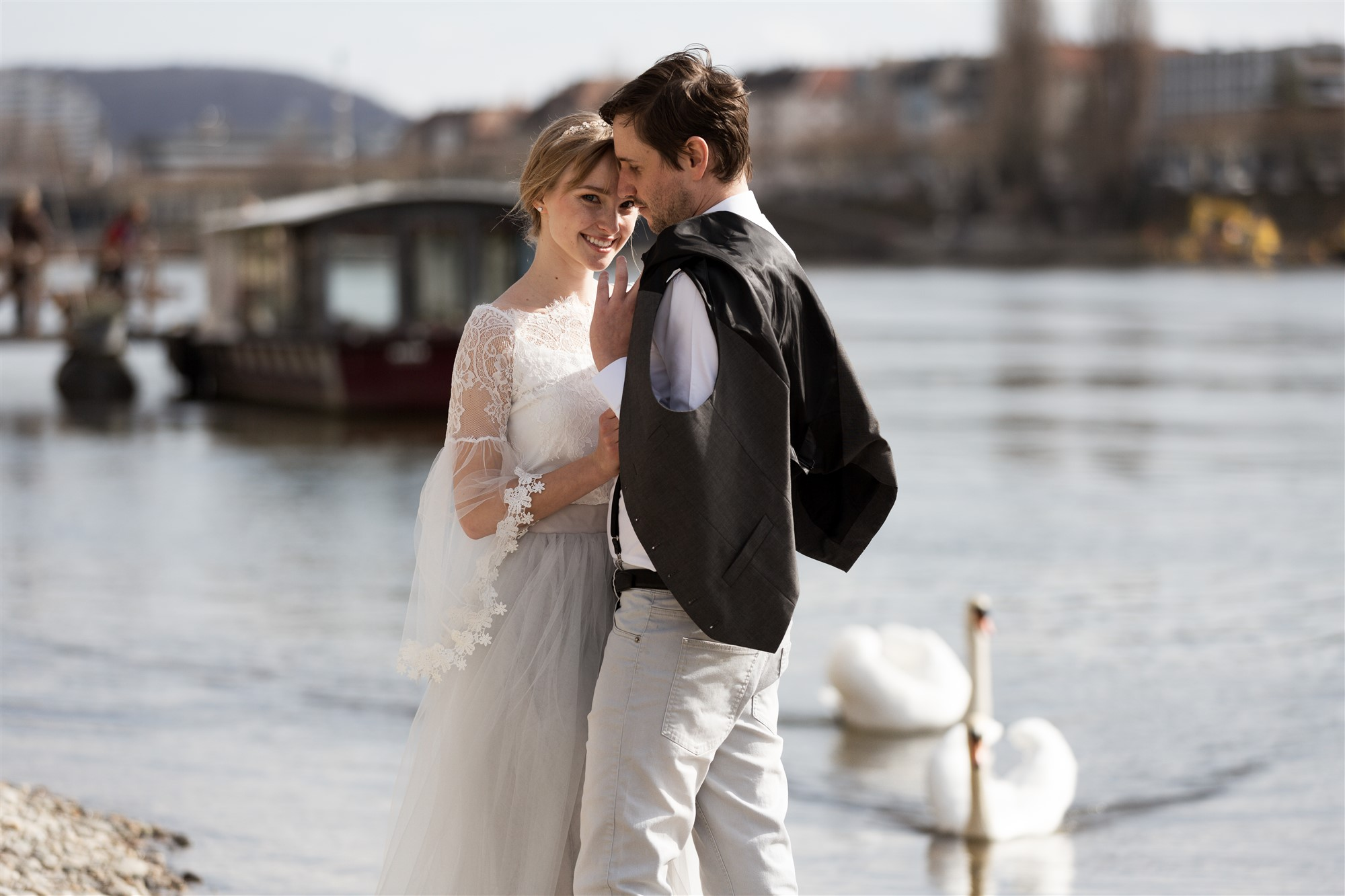 Paar Fotoshooting am Rhein in Basel mit der Fähri im Hintergrund