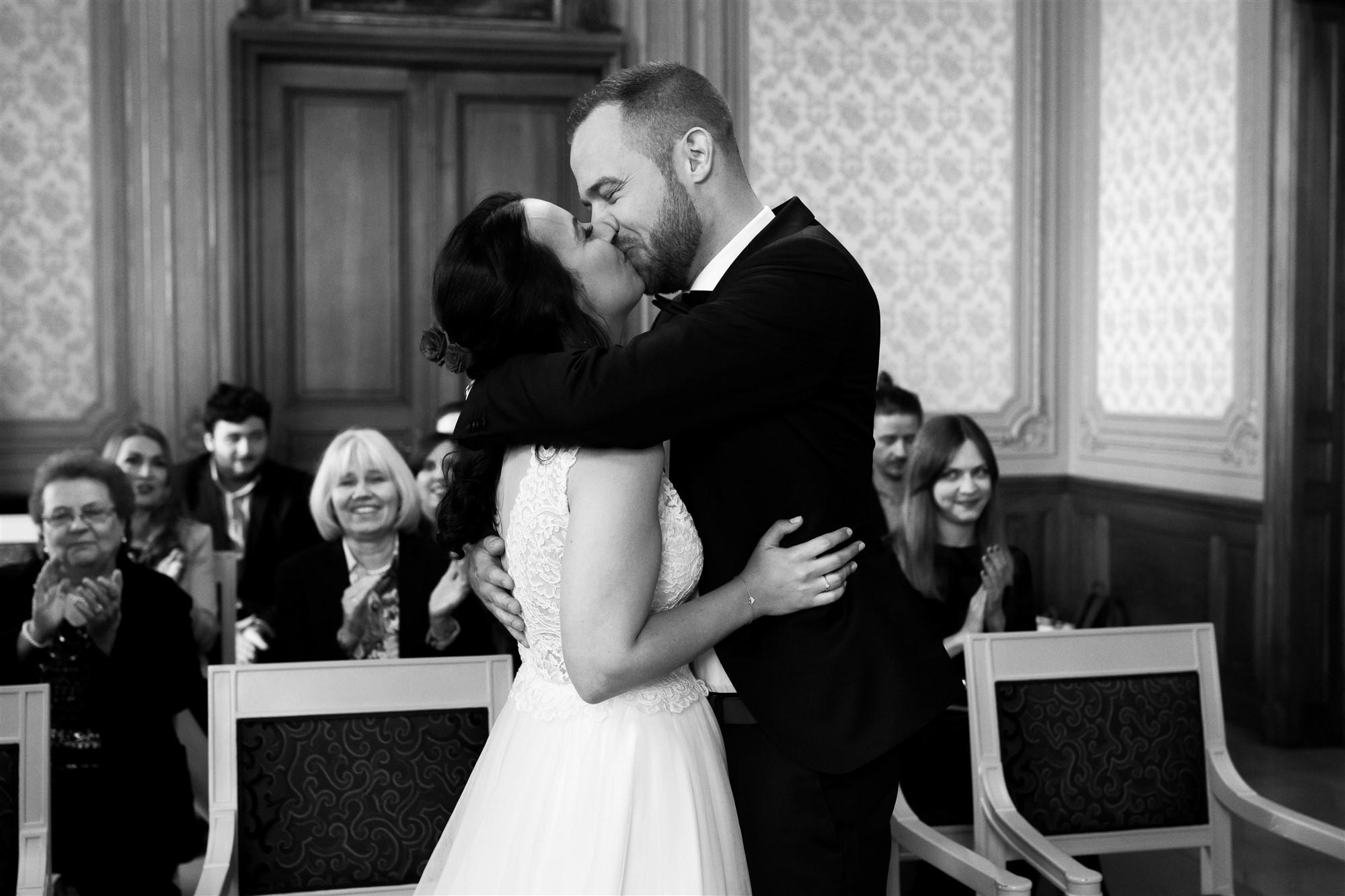 Die zivile Trauung von Esrin und Finn in Basel - Der erste Kuss