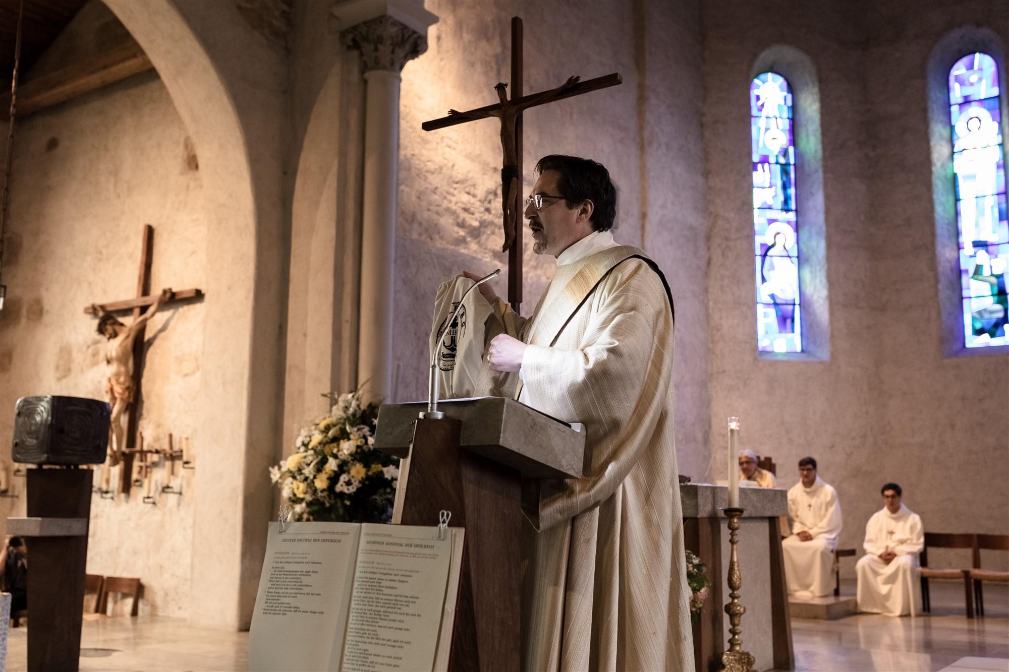 Der Pfarrer bei der Hochzeit in Oberwil