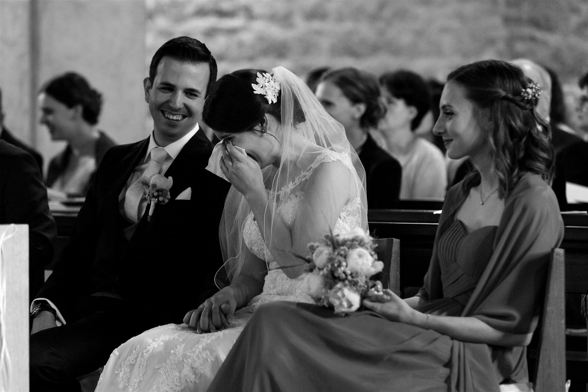Das Brautpaar während der Zeremonie in der Kirche in Oberwil - Die Braut weint