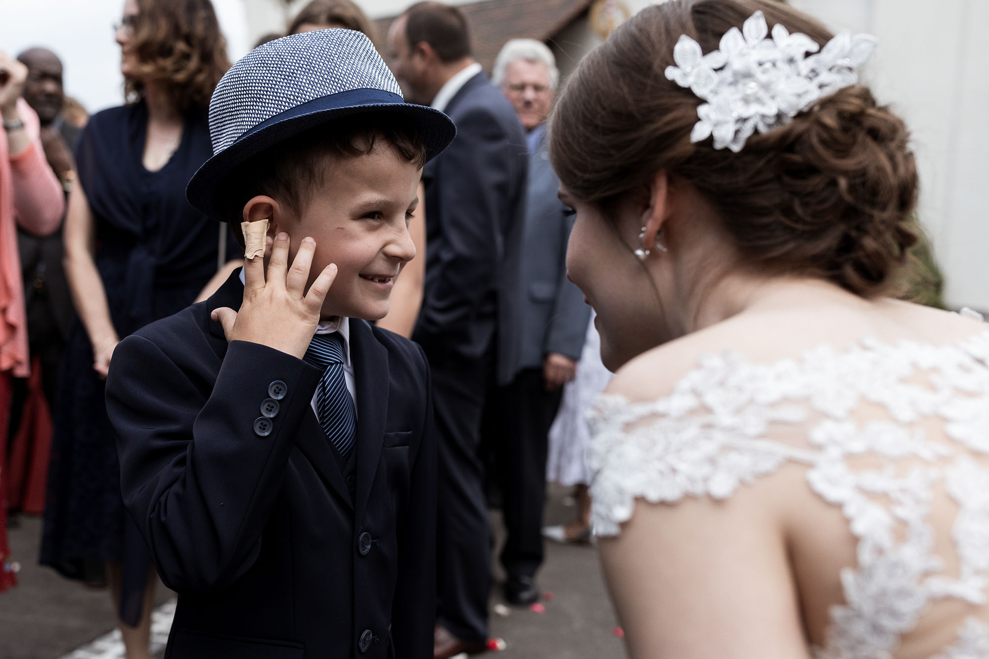 Der kleine Junge gratuliert dem Brautpaar