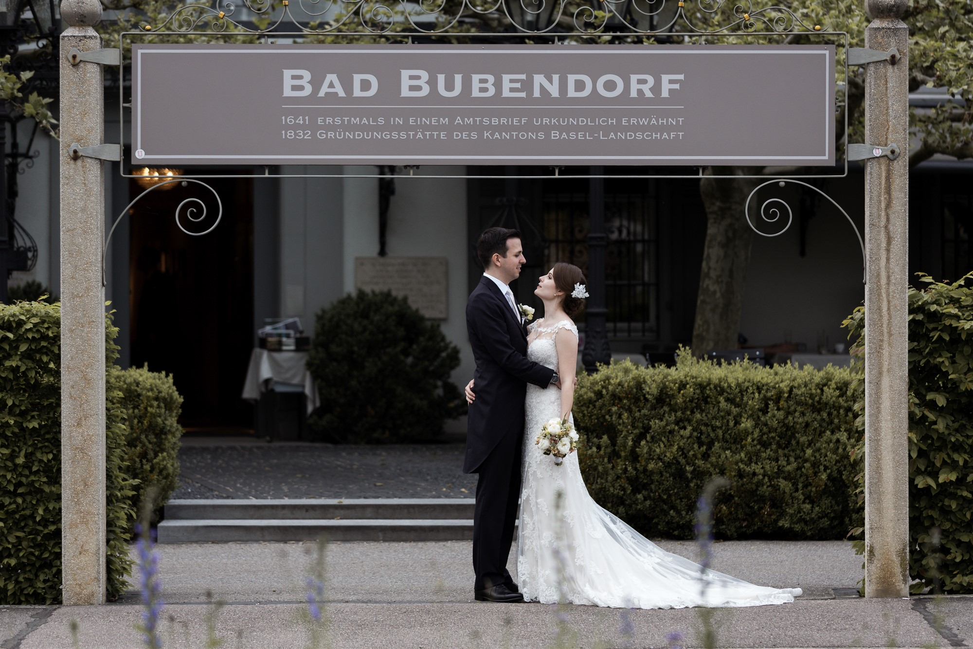 Das Brautpaar steht vor dem Eingang zum Bad Bubendorf