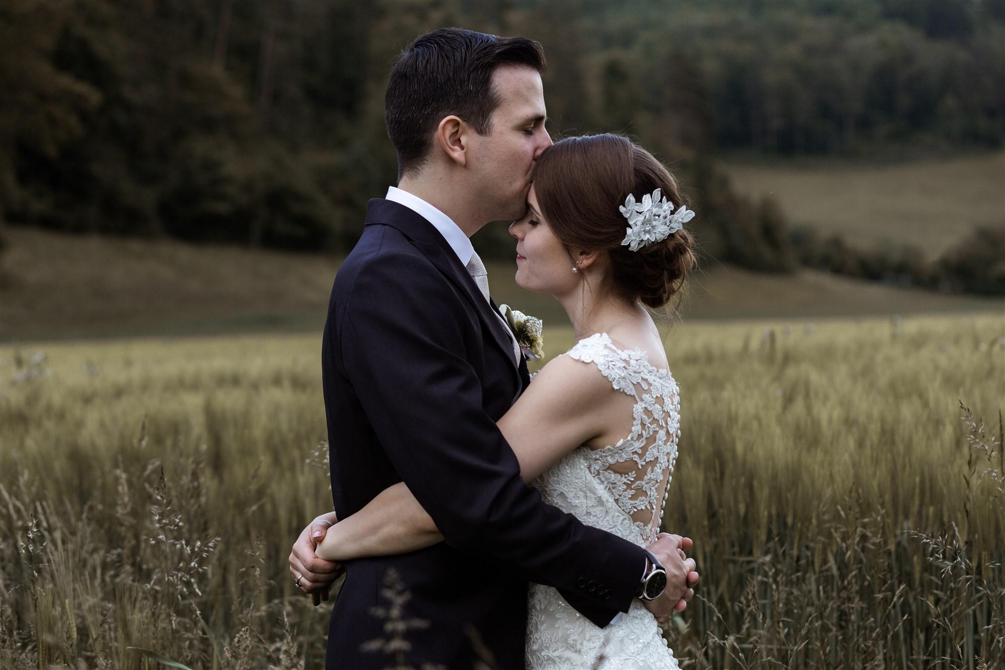 Der Bräutigam küsst seiner Frau liebevoll auf die Stirn - Hochzeitsfotograf Basel