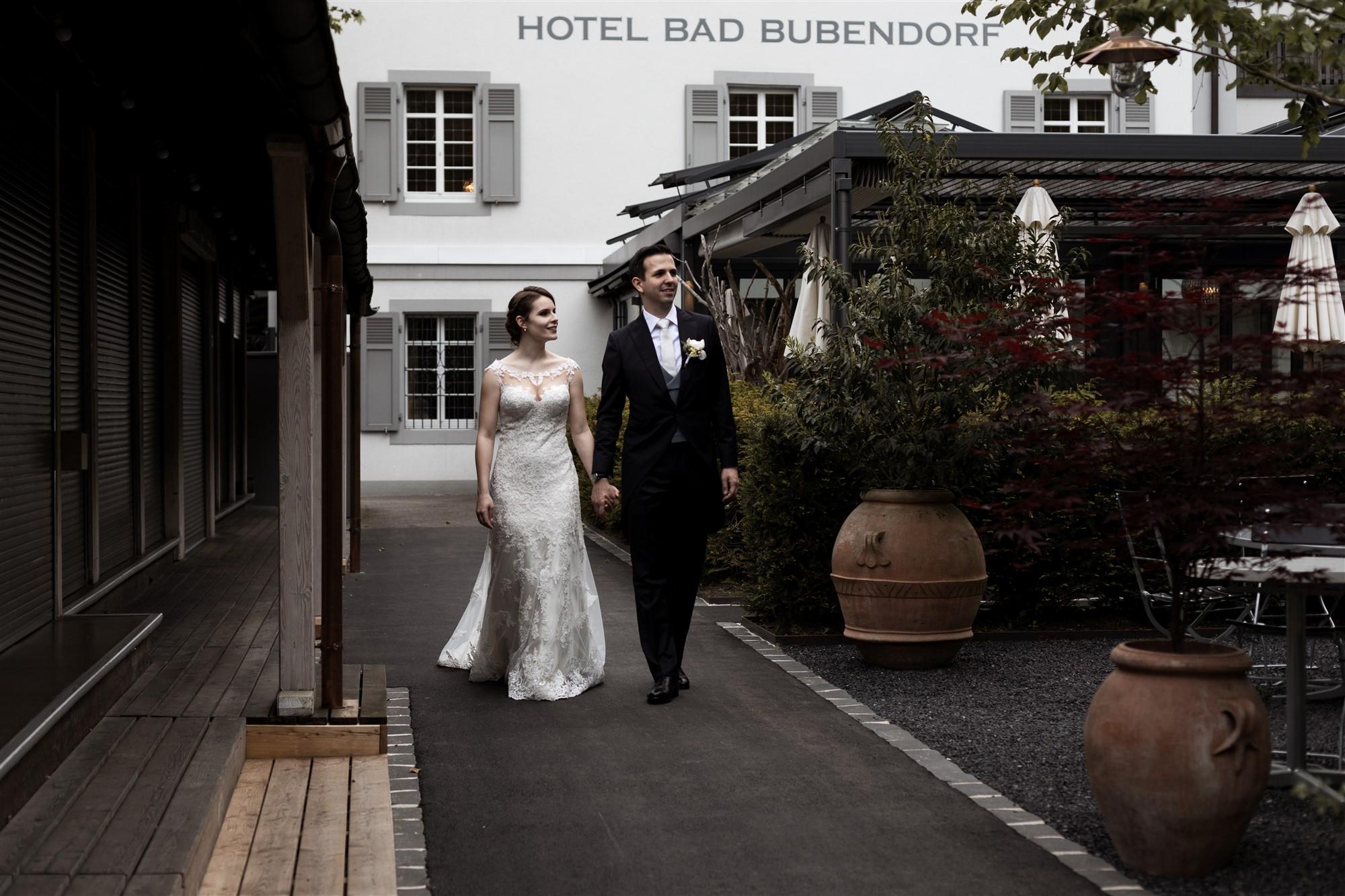 Das Brautpaar beim Brautpaar Fotoshooting im Park im Bad Bubendorf