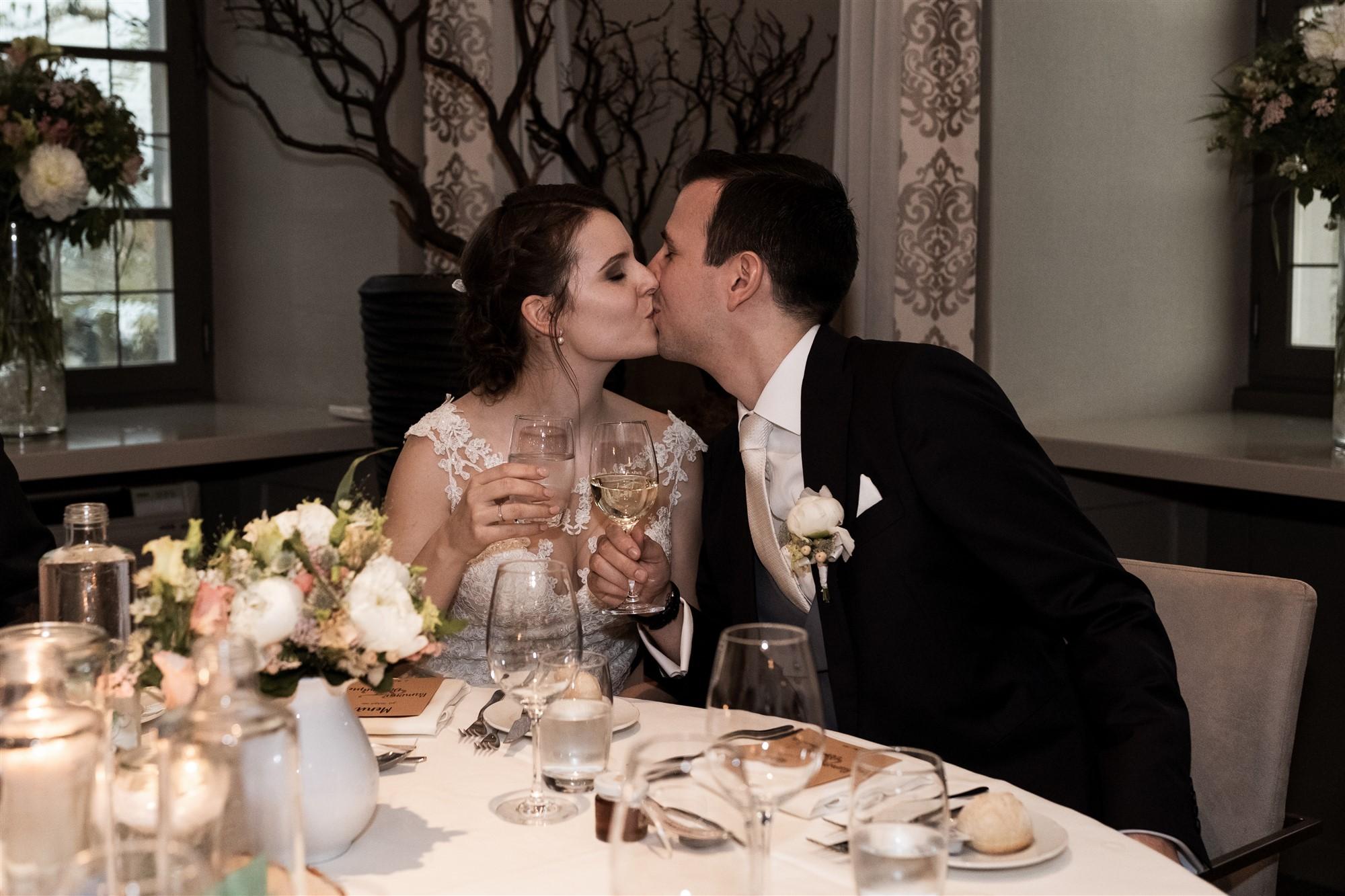 Das Brautpaar sitzt am Tisch im Hotel Bad Bubendorf - Hochzeit