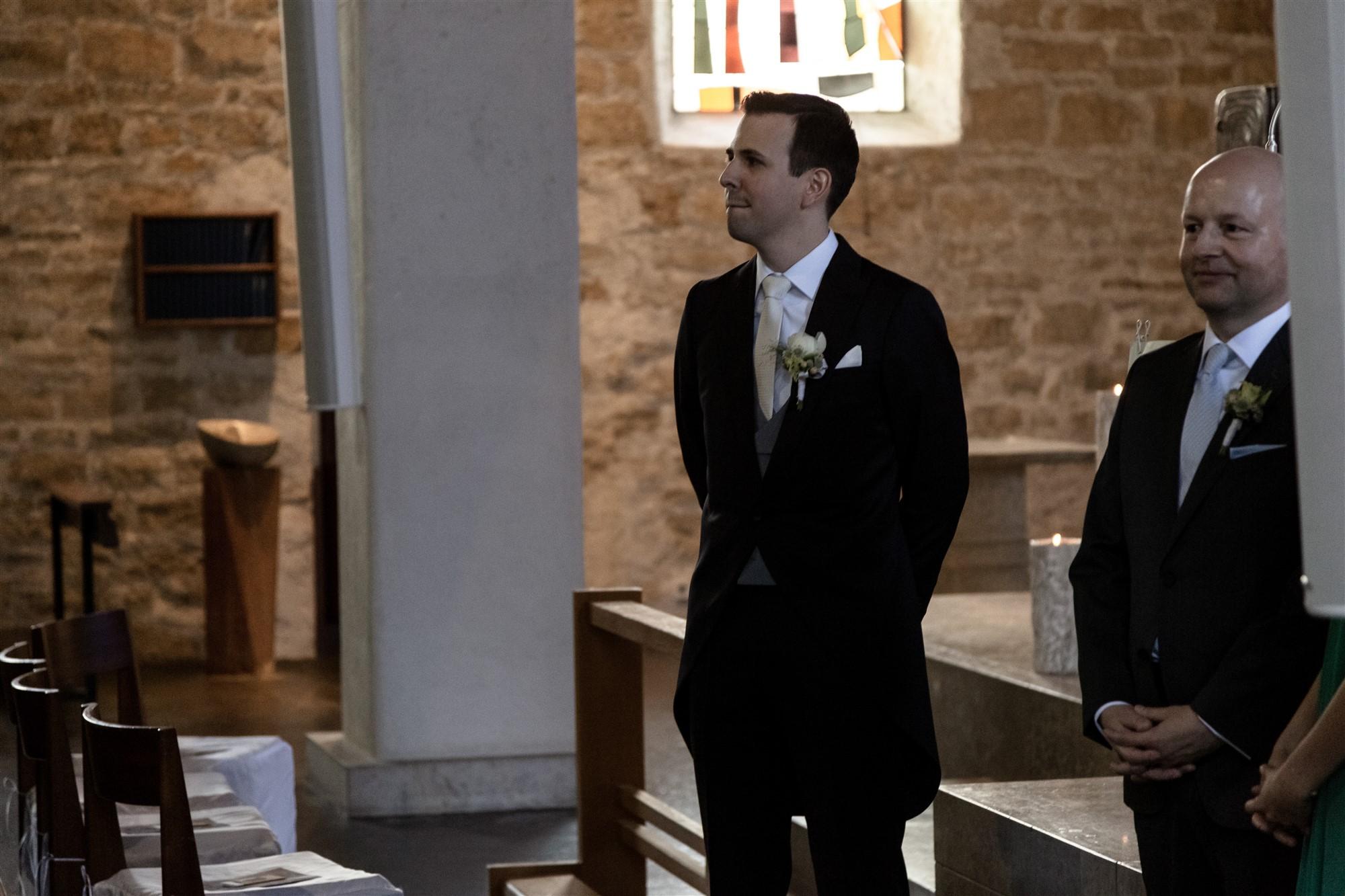 Der Bräutigam sieht seine zukünftige Frau beim Einzug in die Kirche