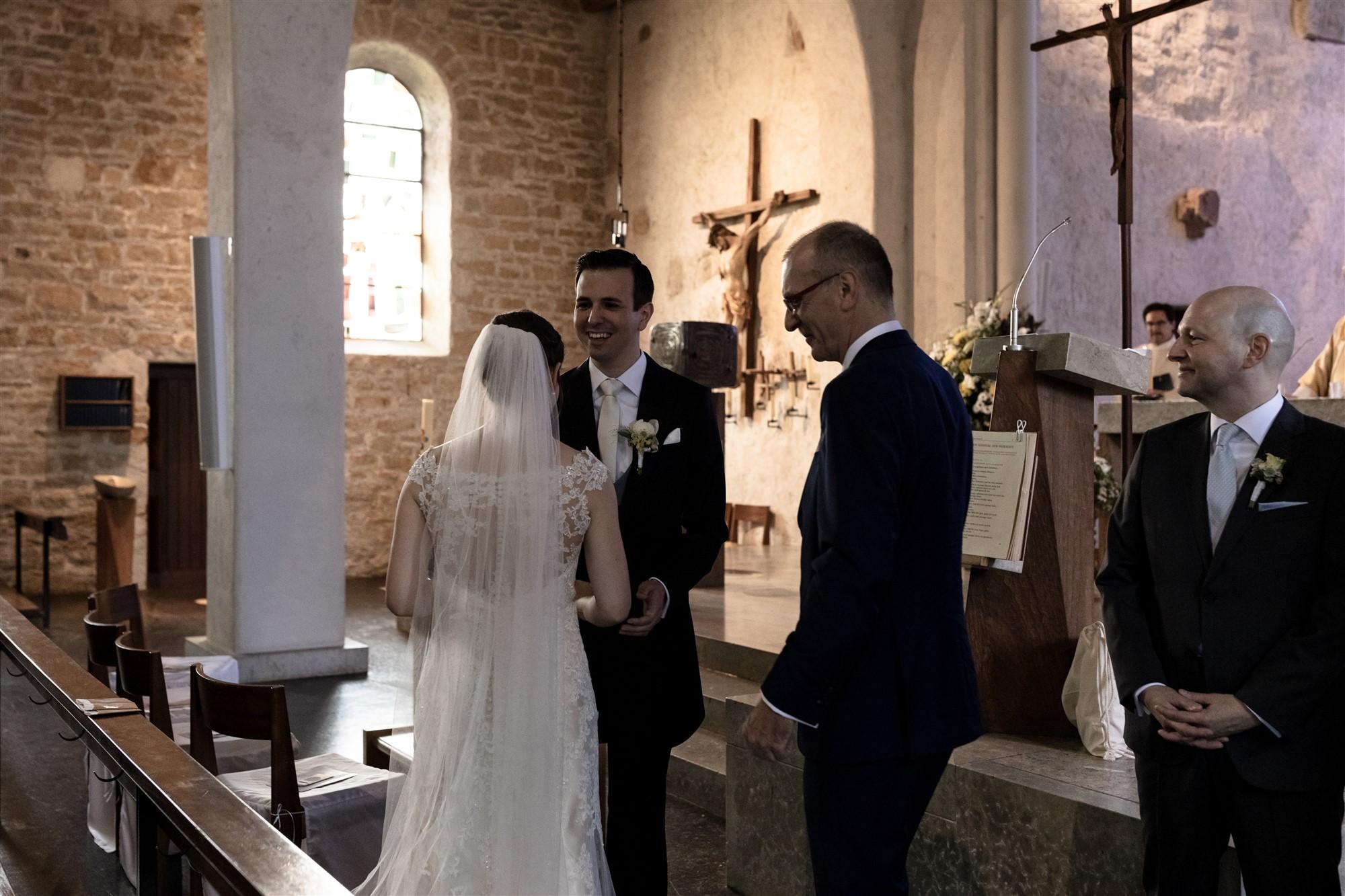 Der Papa der Braut übergibt seine Tochter dem Bräutigam