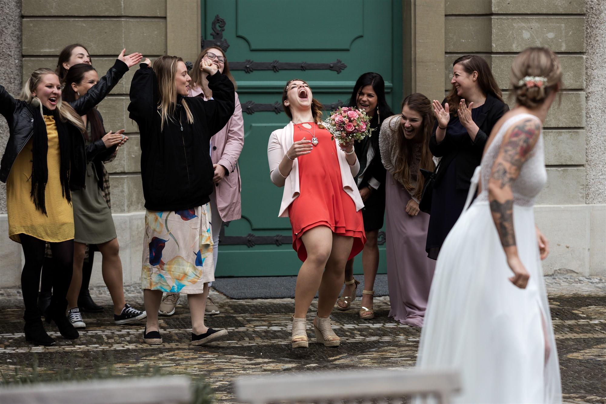 Brautstrauss werfen bei der Hochzeit im Wenkenpark