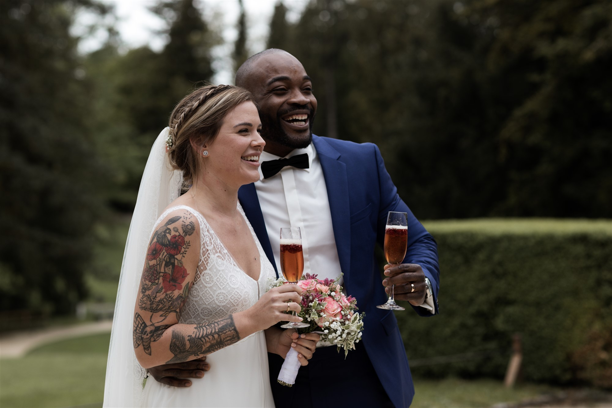 Das Brautpaar und die Gäste stossen an