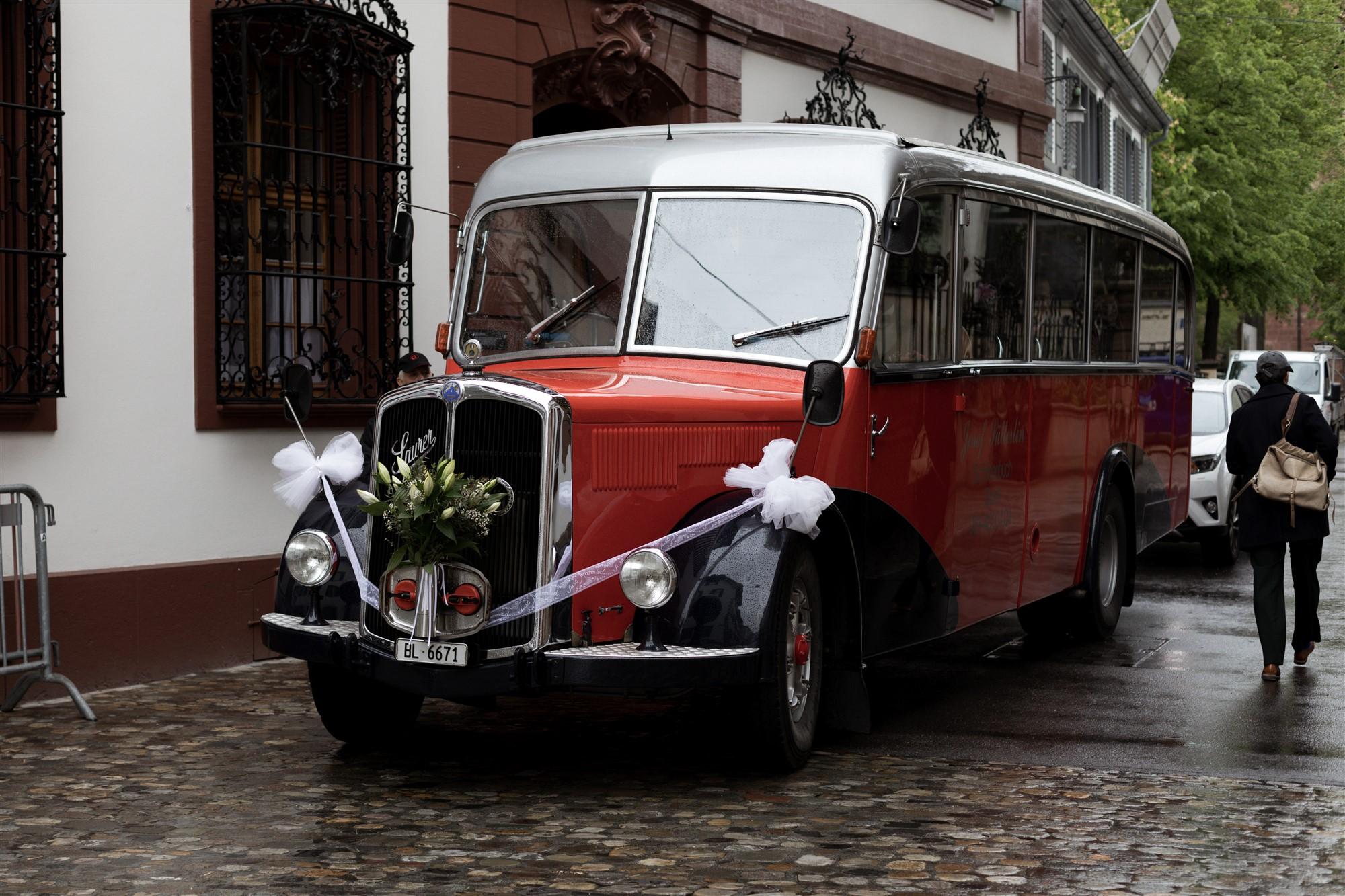 Der Hochzeitsbus steht bereit für die Fahrt in den Wenkenpark