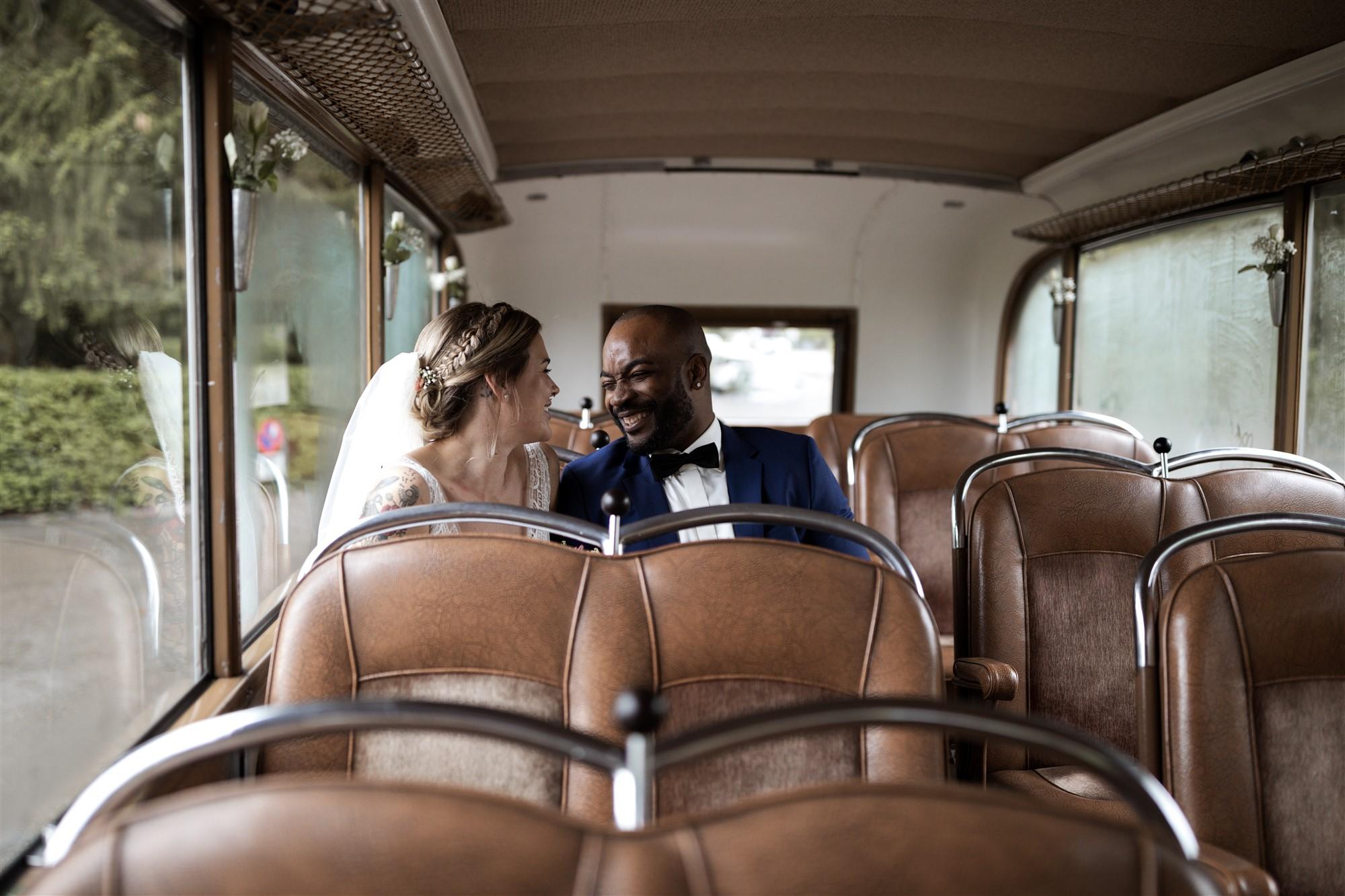 Das Brautpaar geniesst ein Minute für sich im Hochzeitsbus