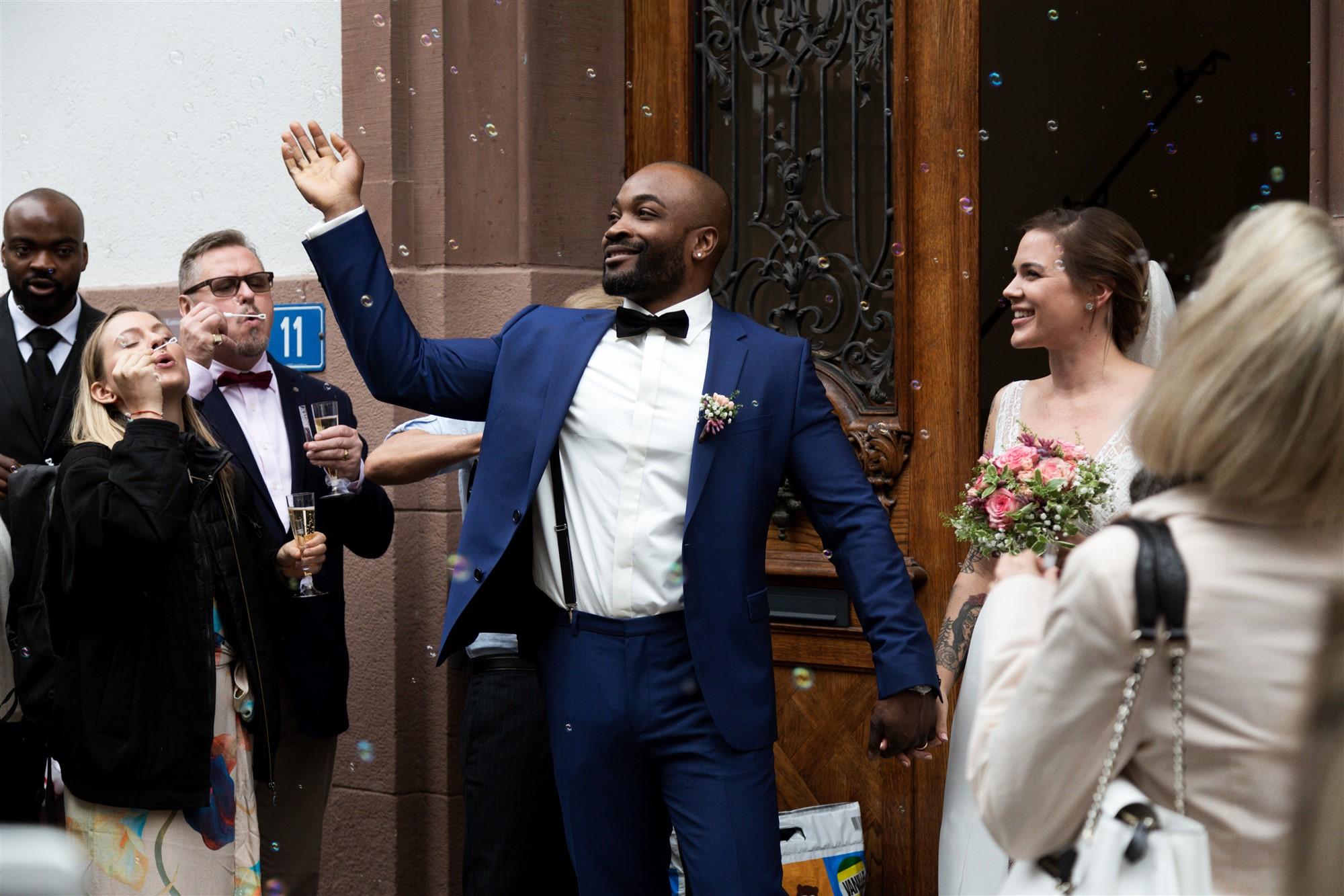 Der Auszug des Brautpaares nach der zivilen Trauung
