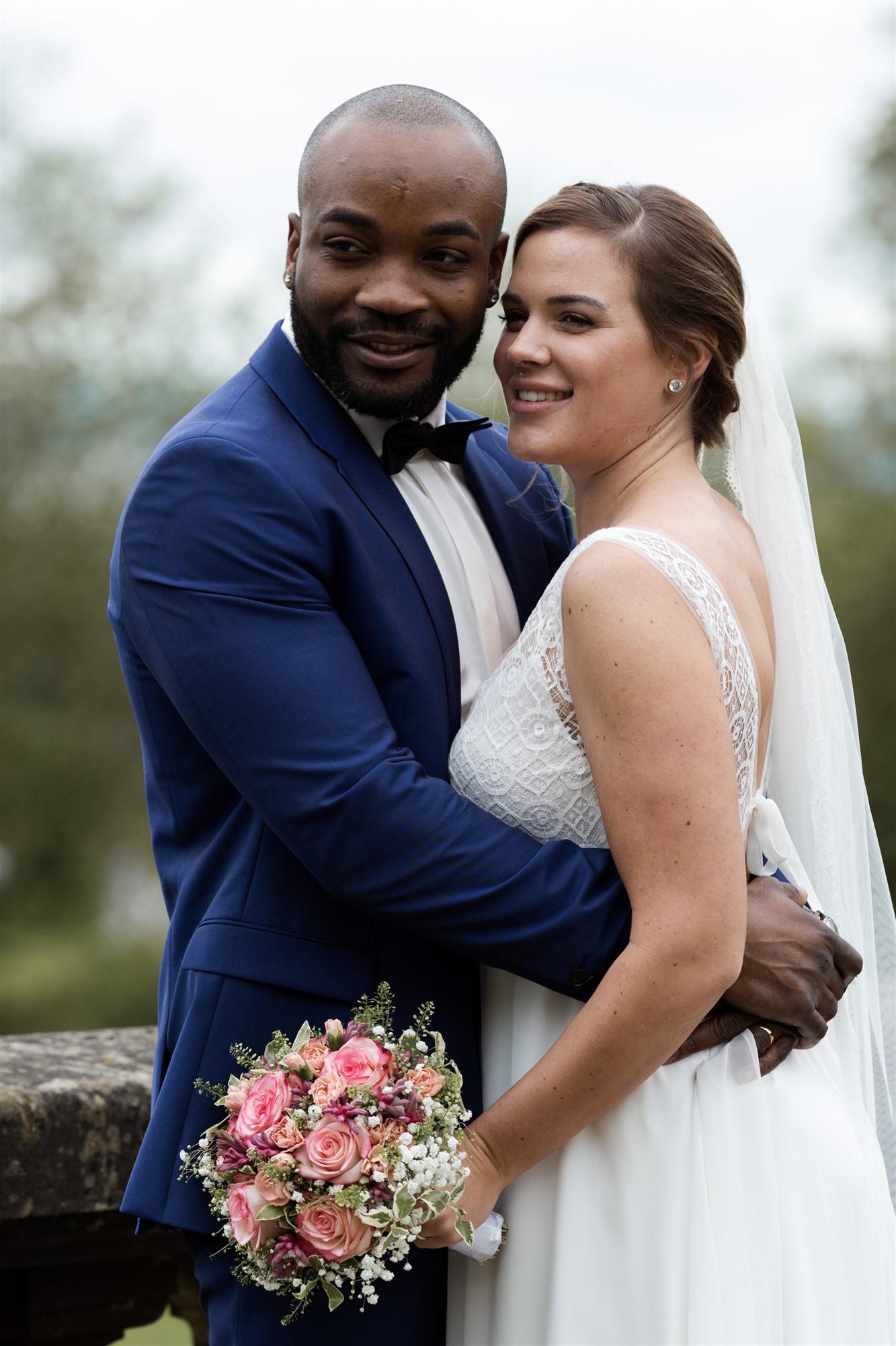 Das Brautpaar beim Fotoshooting im Wenkenpark