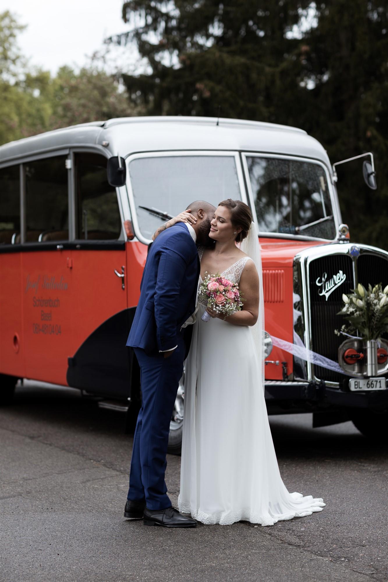 Das Brautpaar und er Hochzeitsbus