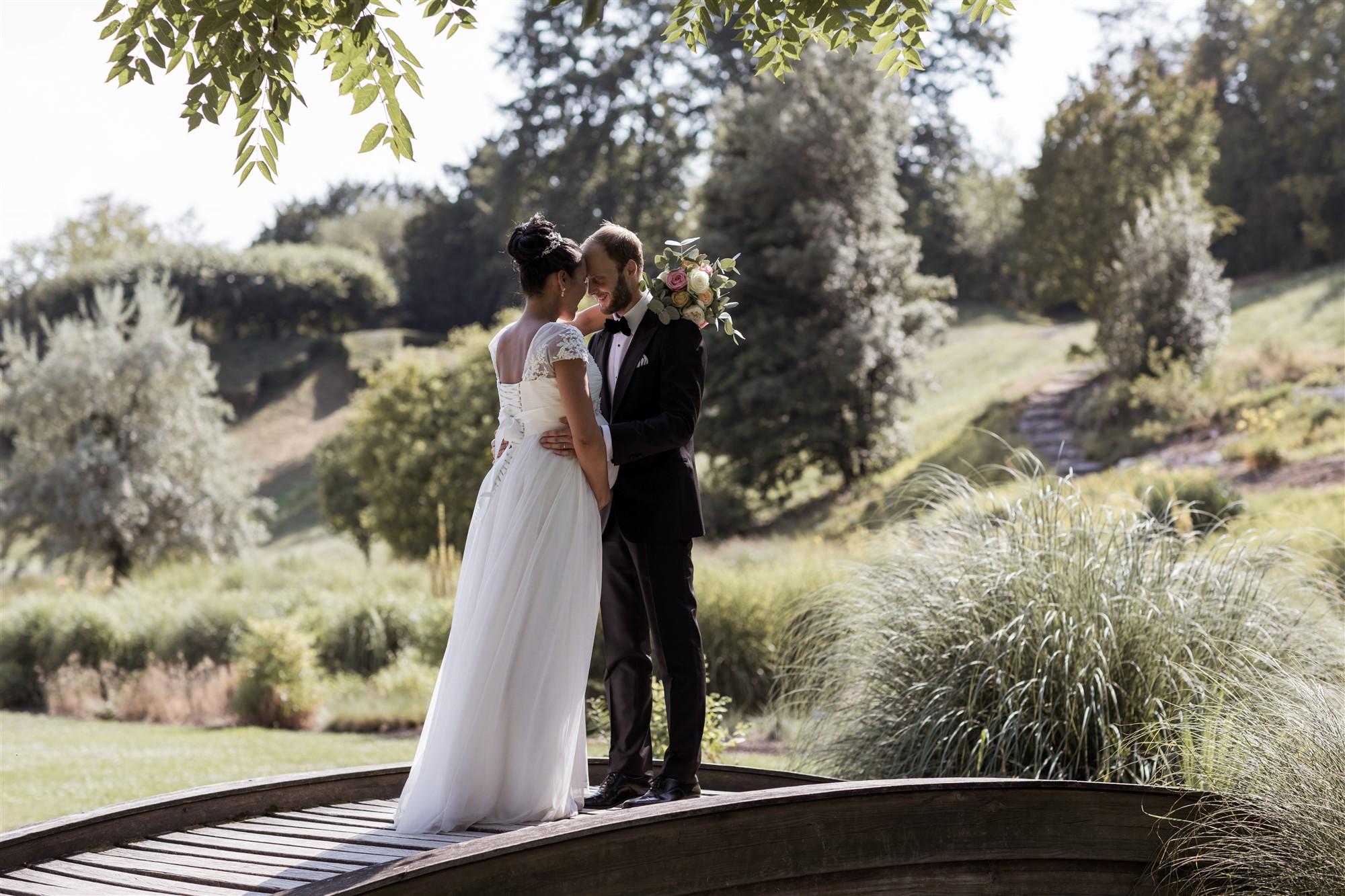 Brautpaarfotoshooting vor der Villa Merian in den Merian Gärten
