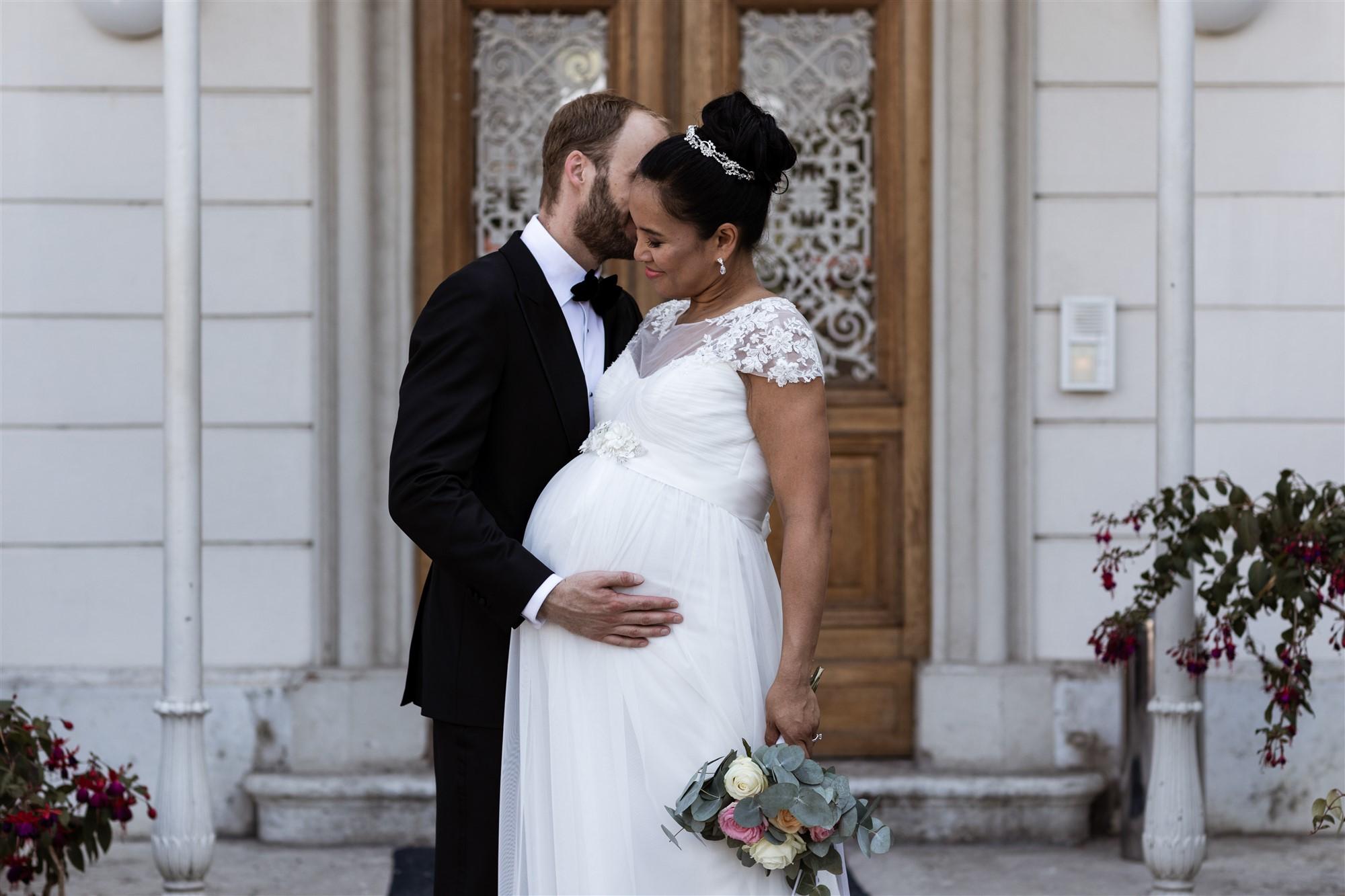 Das Brautpaar beim Fotoshooting in den Merian Gärten
