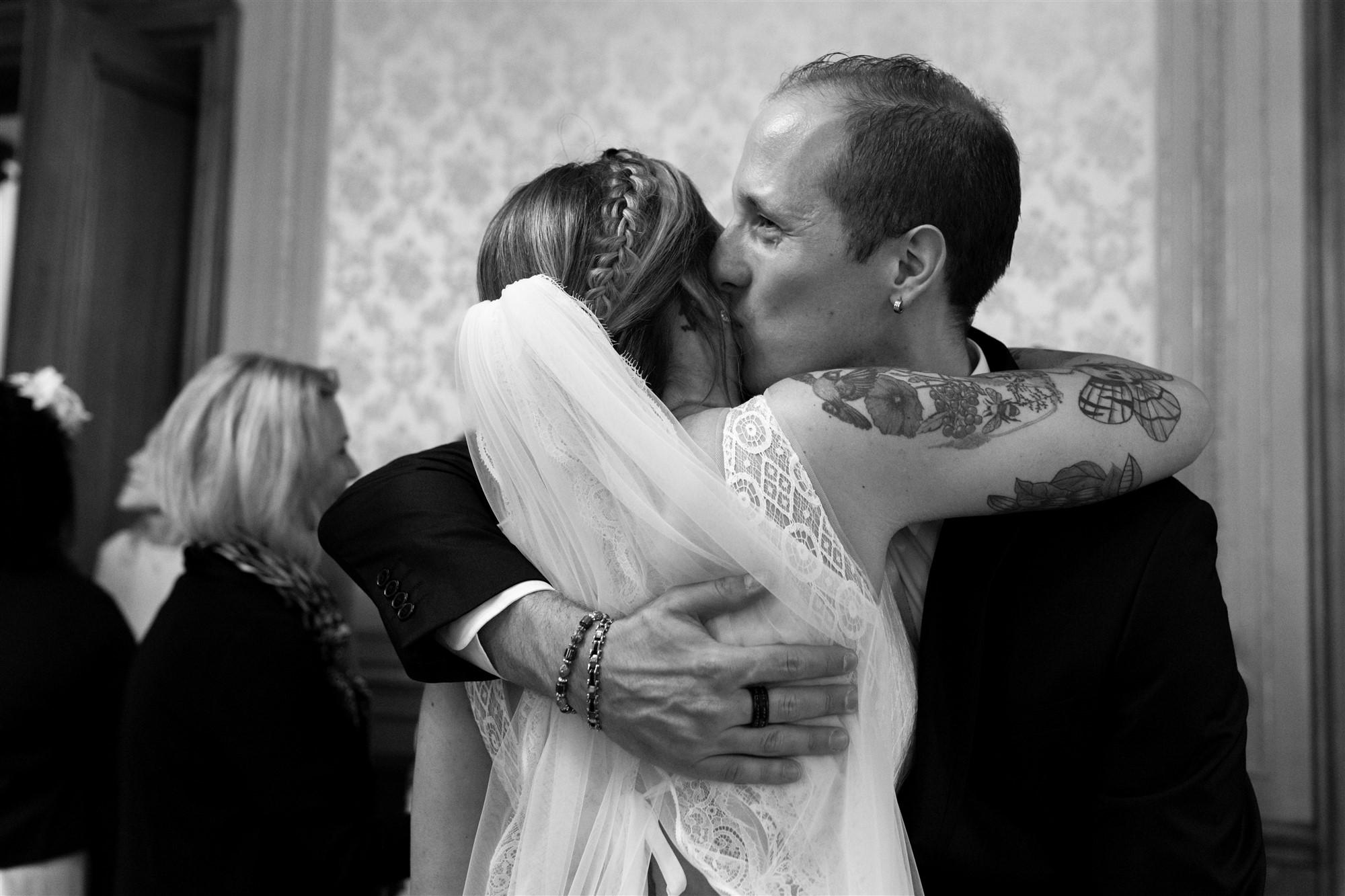 Emotionale Gratulationen der Hochzeitsgäste