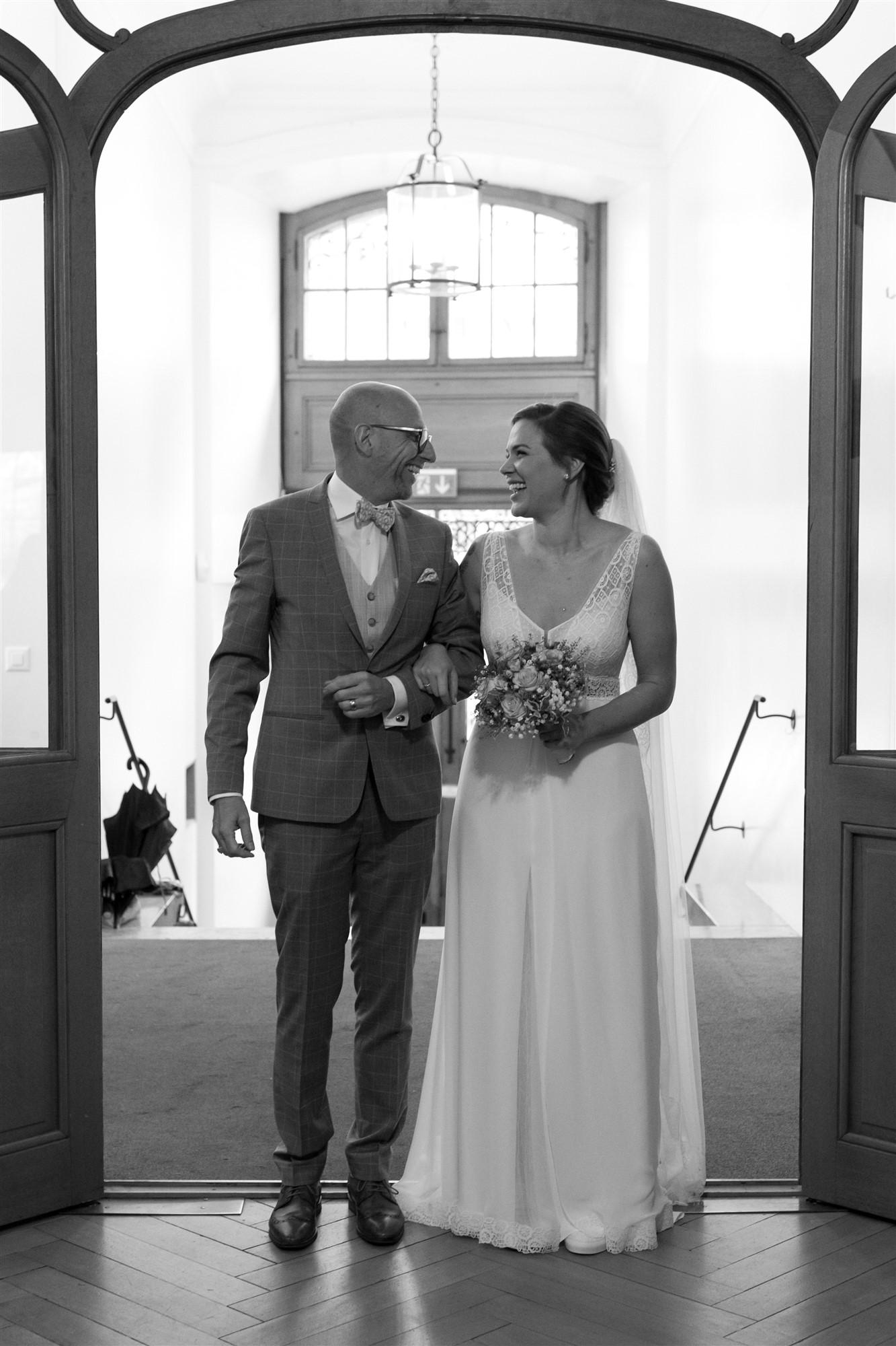 Die Braut mit ihrem Papa vor der zivilen Trauung
