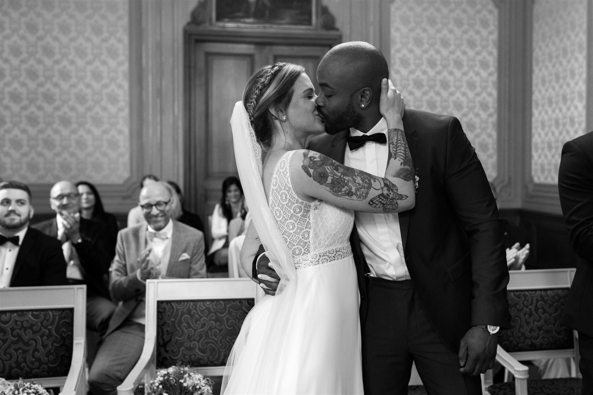 Die zivile Trauung in Basel - Der erste Kuss als Mann und Frau