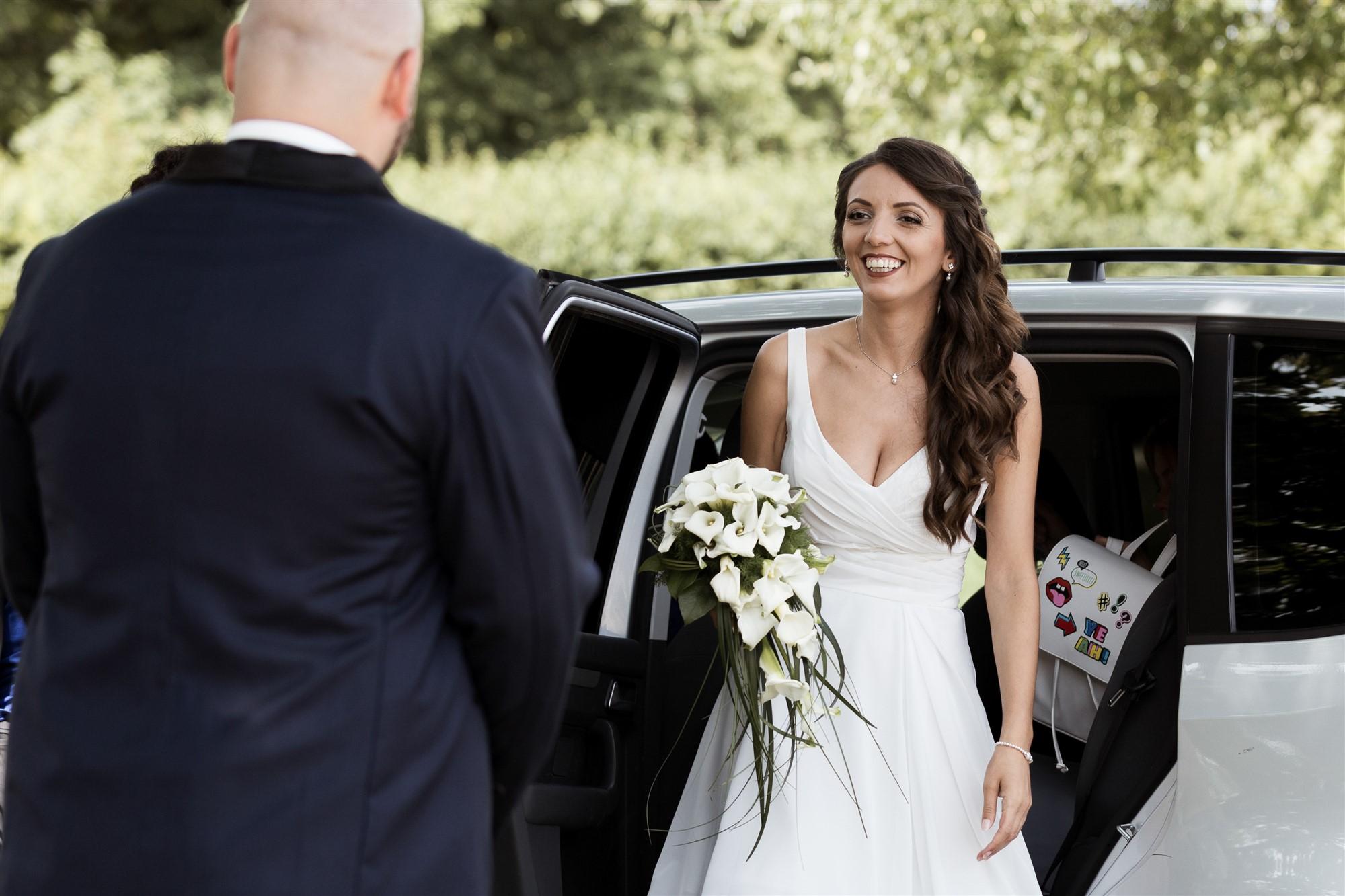 Schloss Wildenstein - Die Braut steigt aus dem Auto aus - First Look