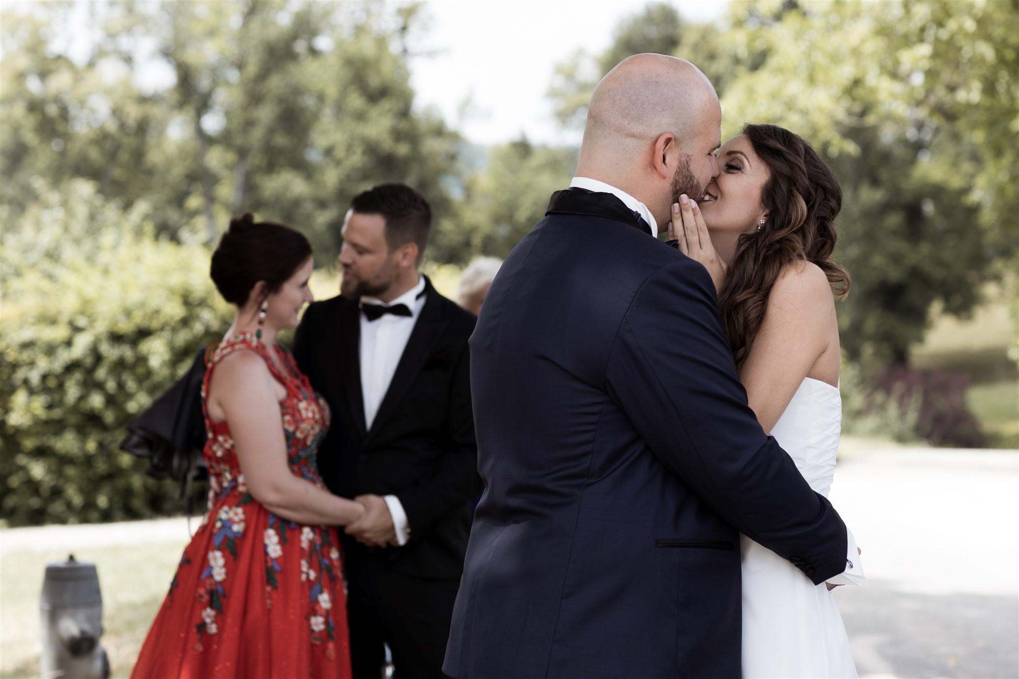 Schloss Wildenstein - Das Brautpaar küsst sich