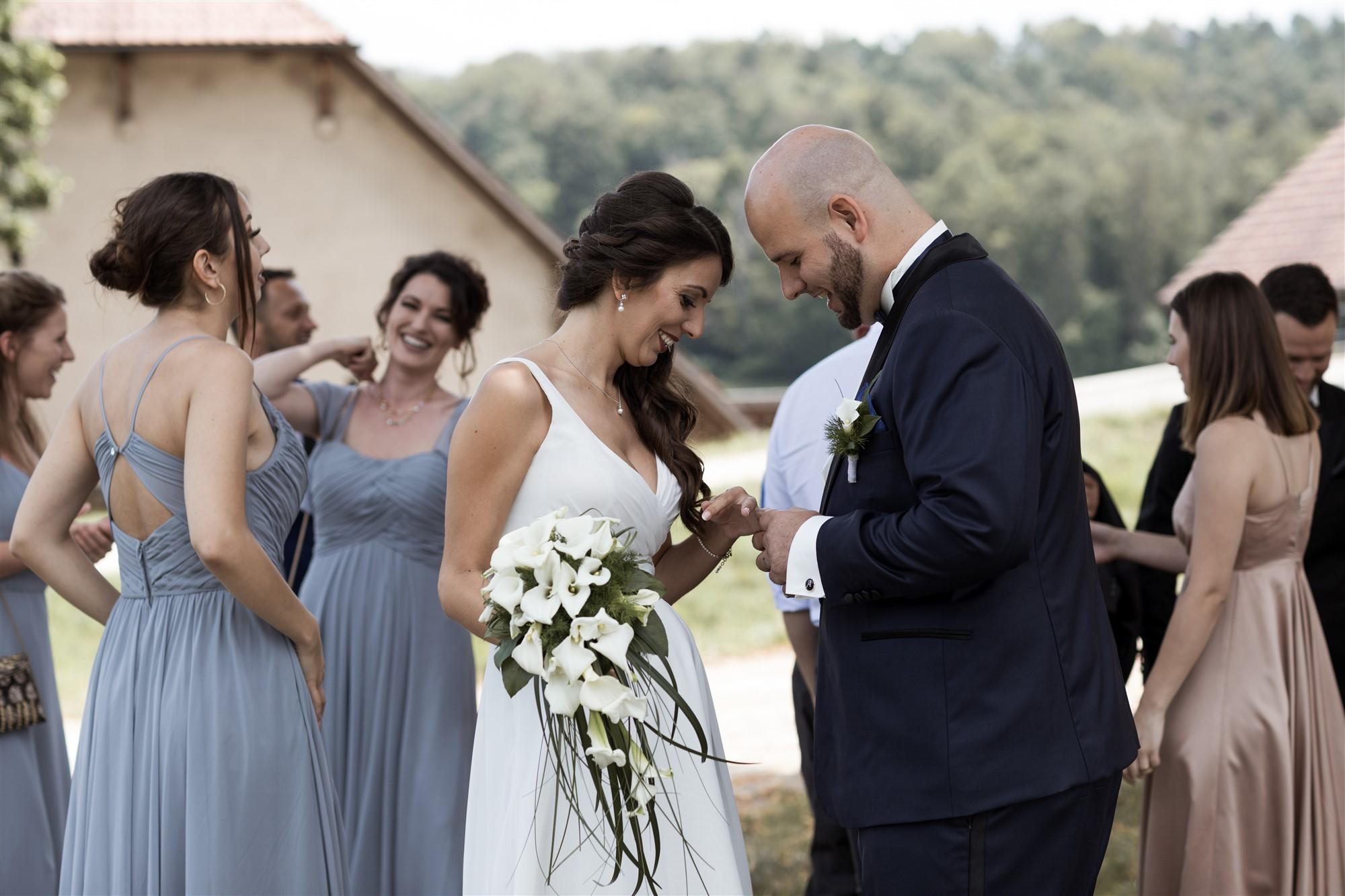 Hochzeit Schloss Wildenstein - Das Brautpaar schaut sich das Ringtattoo an