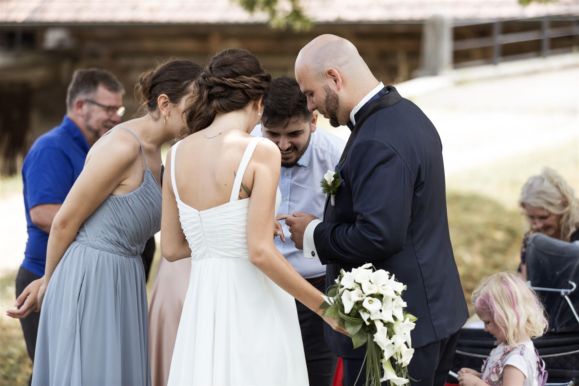 Hochzeit Schloss Wildenstein - Das Brautpaar und die Gäste bewundern das Ringtattoo an