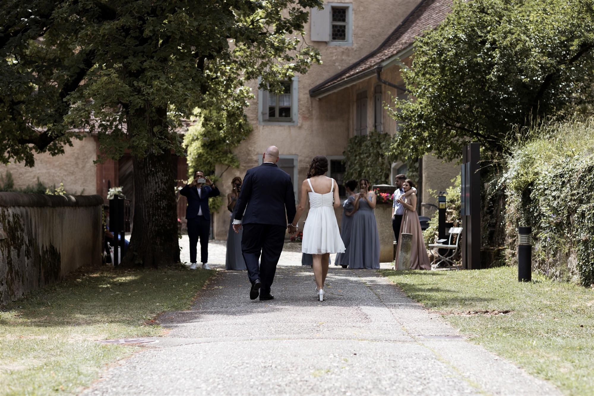 Hochzeit Schloss Wildenstein - Das Brautpaar spaziert den Hochzeitsgästen entgegen