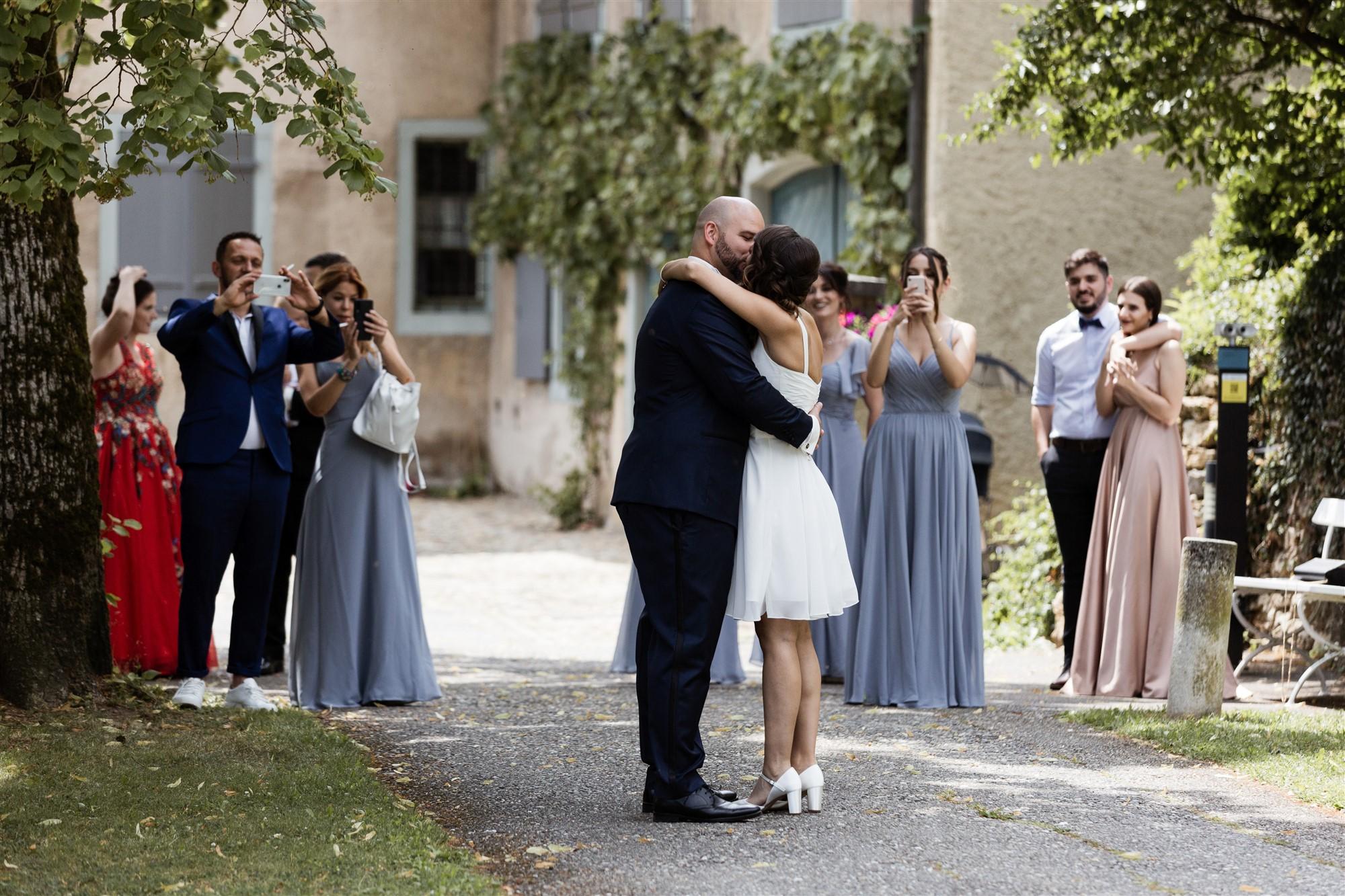 Hochzeit Schloss Wildenstein - Die Hochzeitsgäste empfangen das Brautpaar