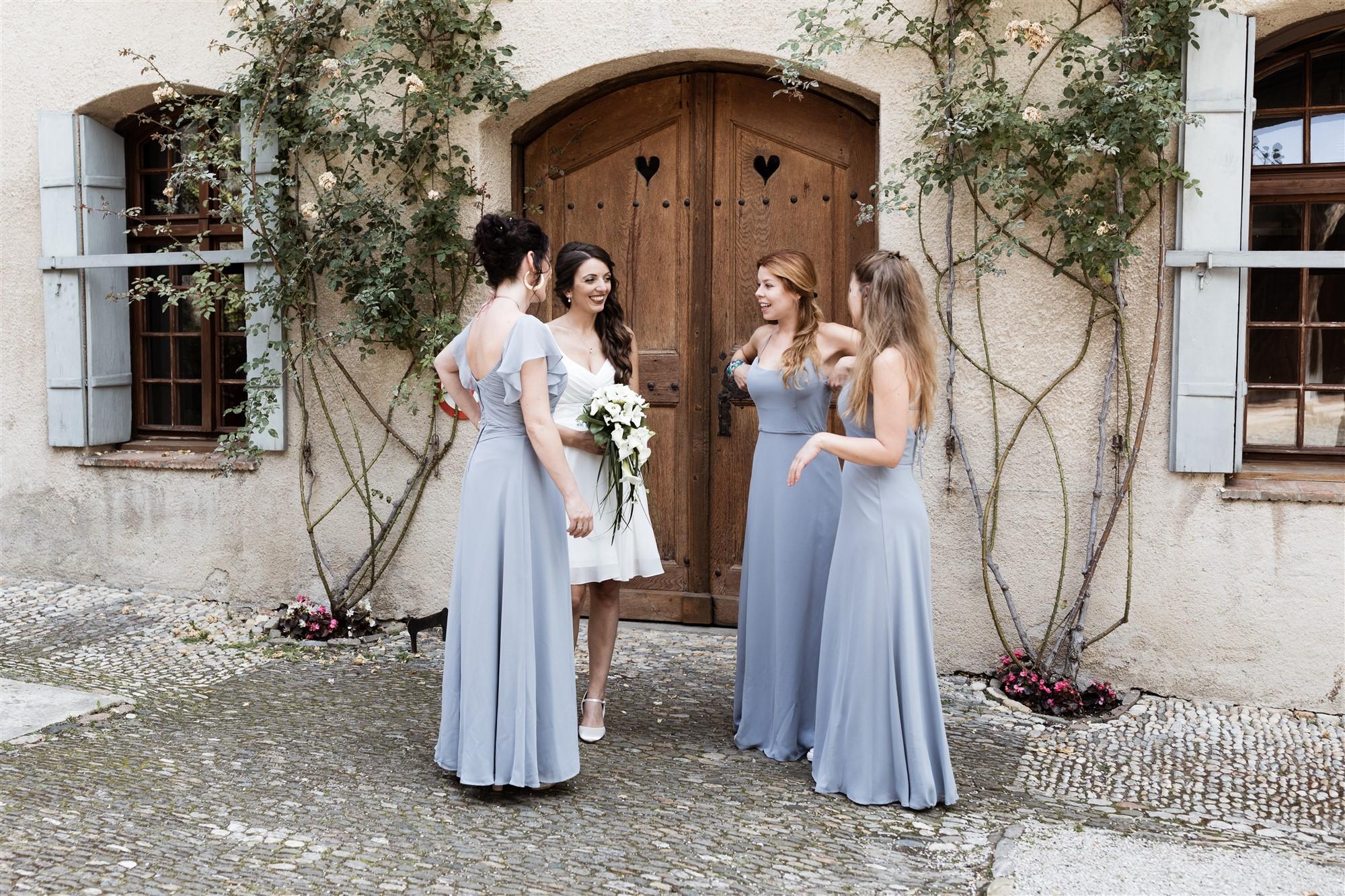 Hochzeit Schloss Wildenstein - Die Braut mit ihren Freundinnen
